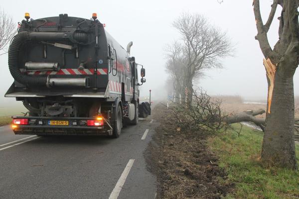 Vrachtwagenchauffeur wijkt uit voor gans en verliest lading op N246 bij Assendelft