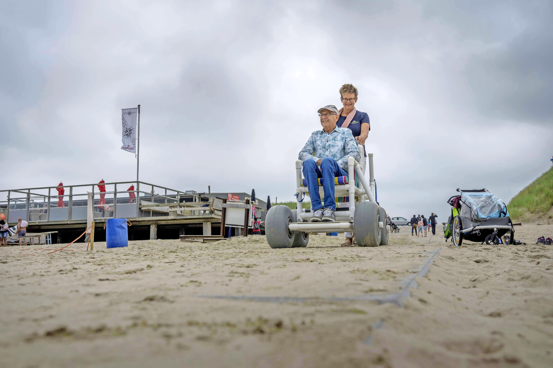 Team Peter Kossen effent pad voor rolstoelers naar het strand; Gemeente helpt Sint Maartenszee met serie betonplaten