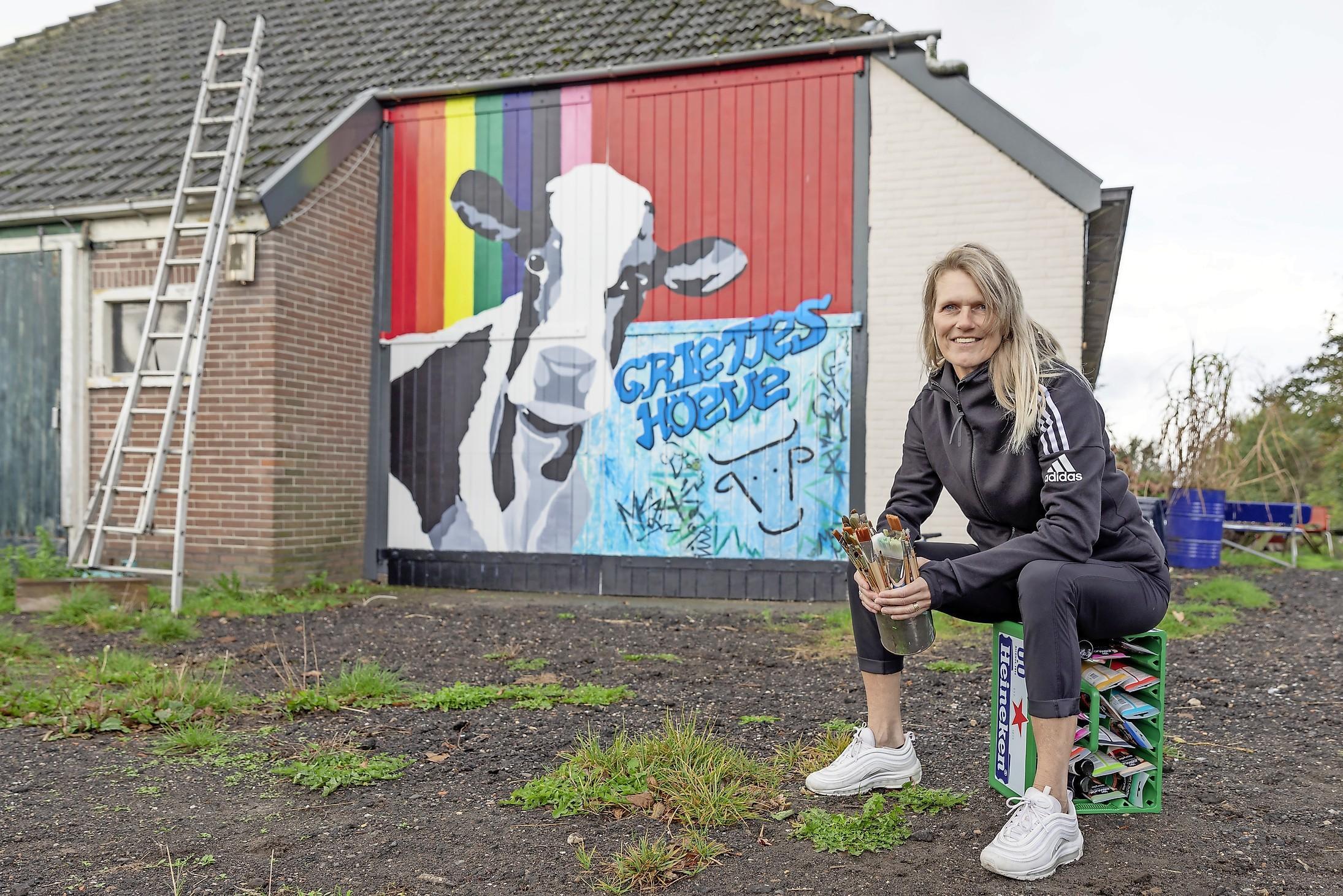 'Graffiti vind ik prachtig. En ik word helemaal blij van letters'. Op de achtergrond blijven lukt niet erg met de kleurrijke popartschilderingen die Marjan Brouwer in en rond Oosterend maakt