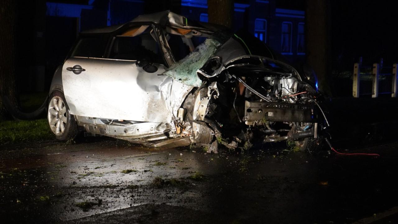 Beschonken automobilist knalt frontaal op boom in Westwoud [update]