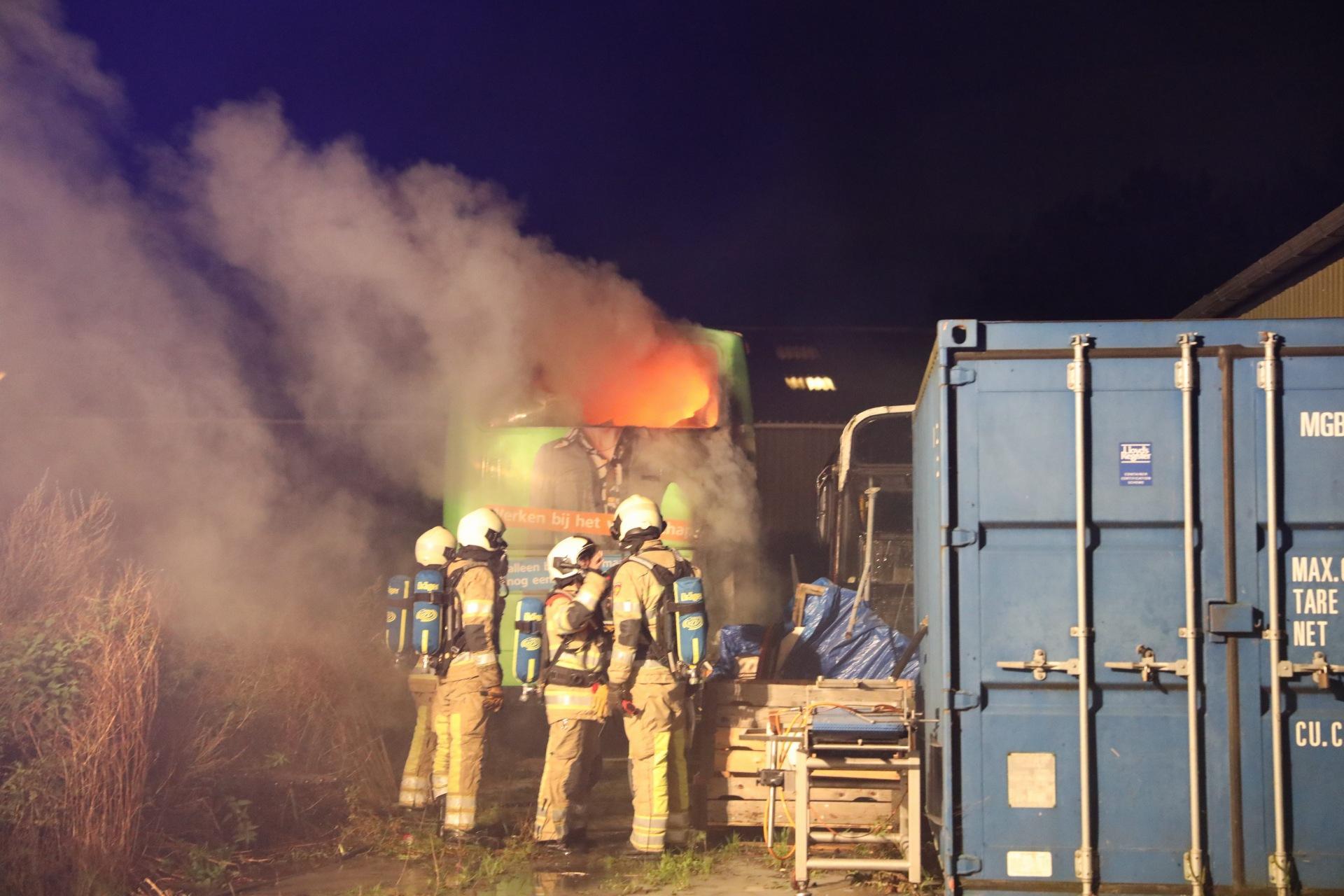 Tot camper omgebouwde touringcar vat vlam in Eemdijk