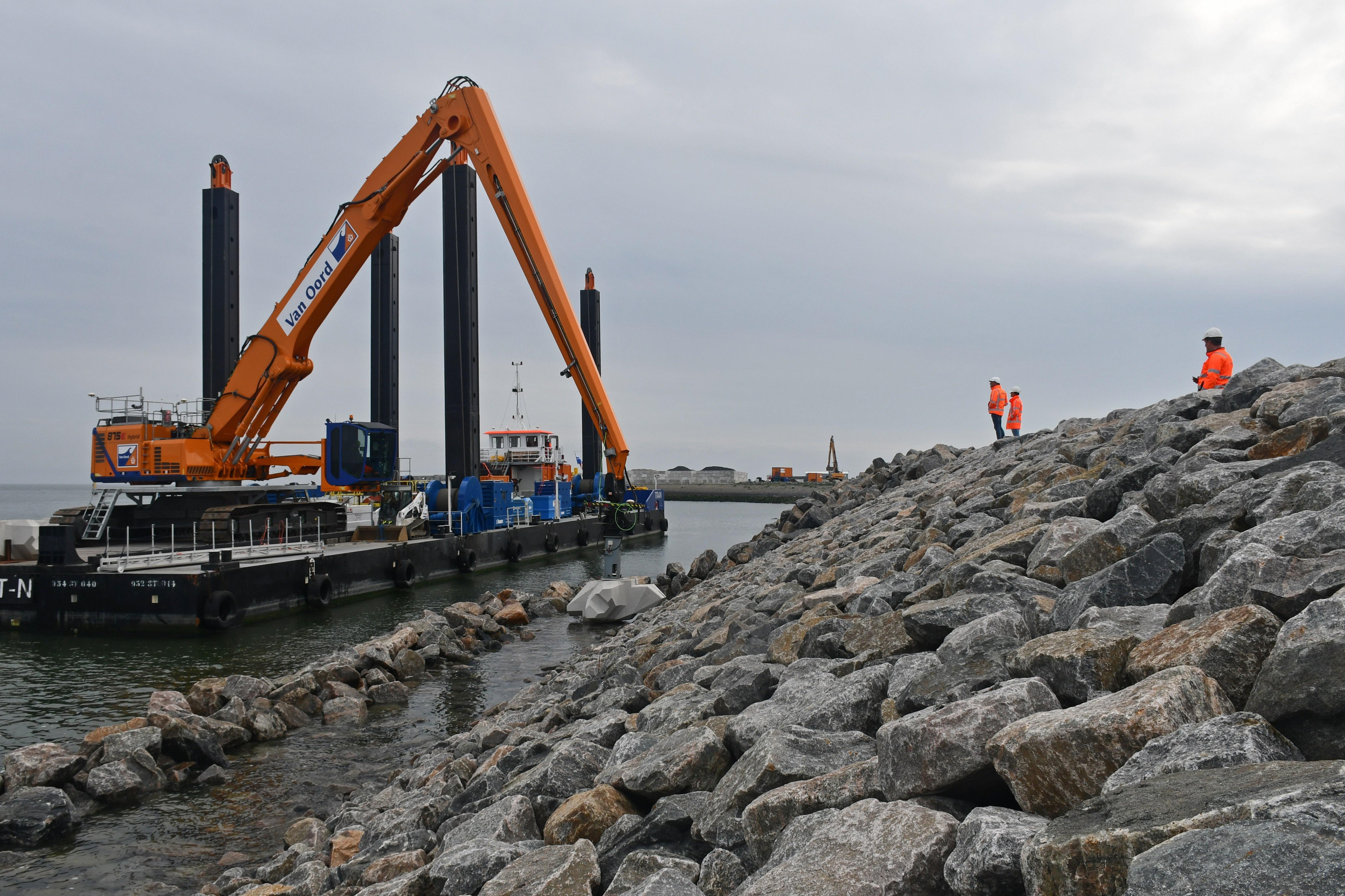 Eerste van de 75.000 Levvel-blocs tegen de Afsluitdijk geplaatst