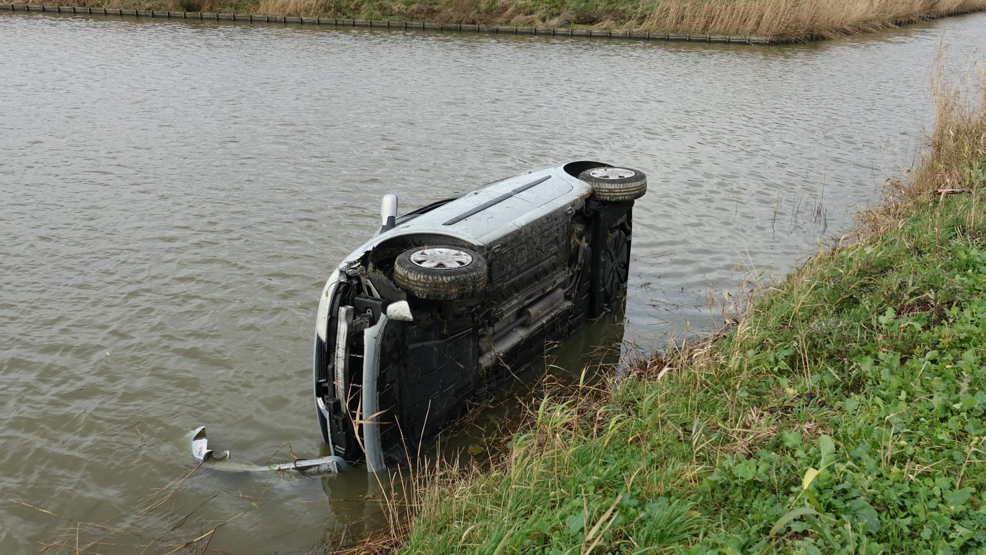 Inhaalactie loopt verkeerd af: auto te water in Middenmeer