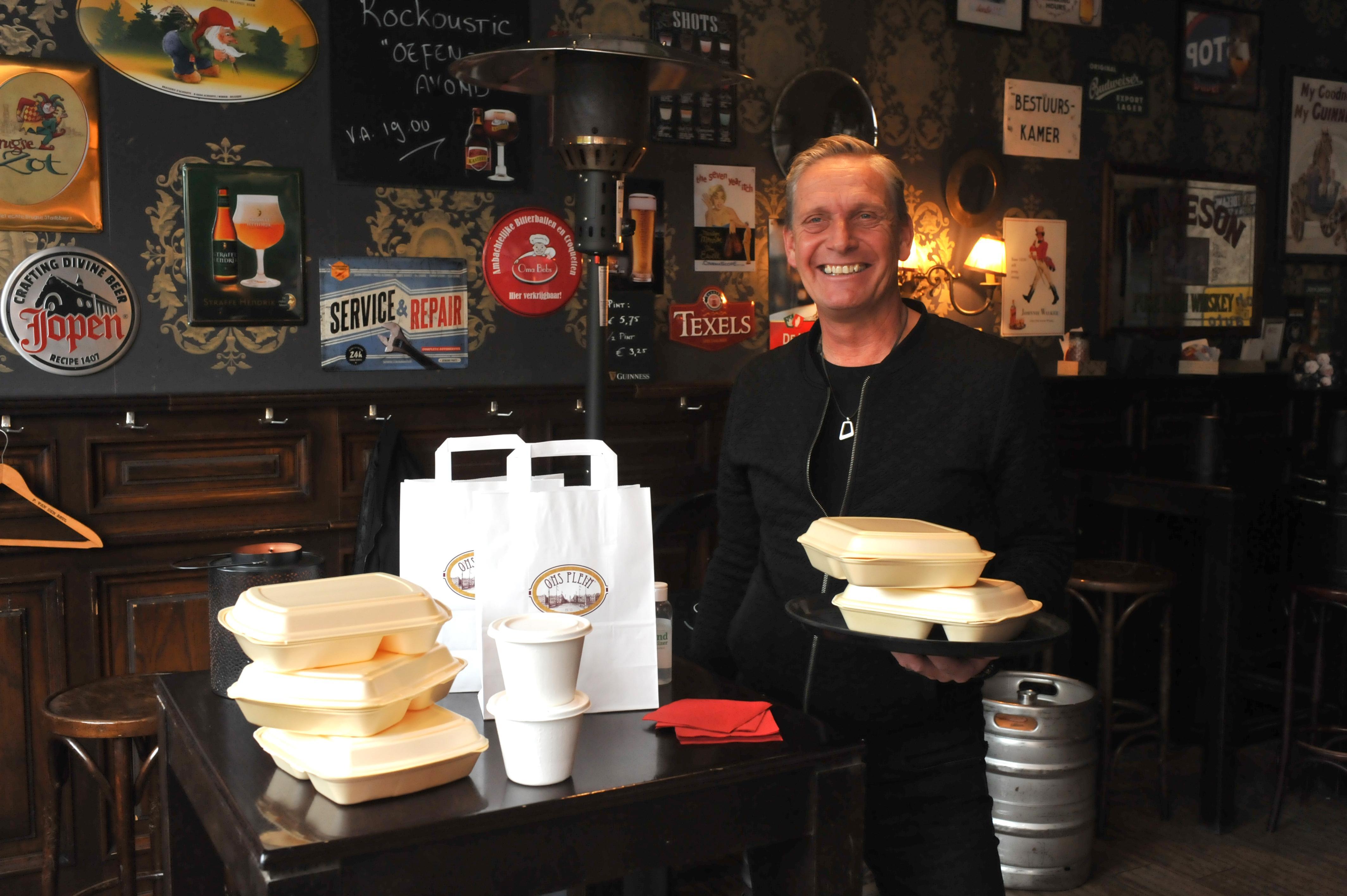 Een stukje tropen in de nieuwbouwwijk, café Ons Plein in de Broekpolder in Heemskerk gaat weer over op Surinaamse gerechten. En vanaf dinsdag verkoopt Marcel Korver goedbelegde broodjes