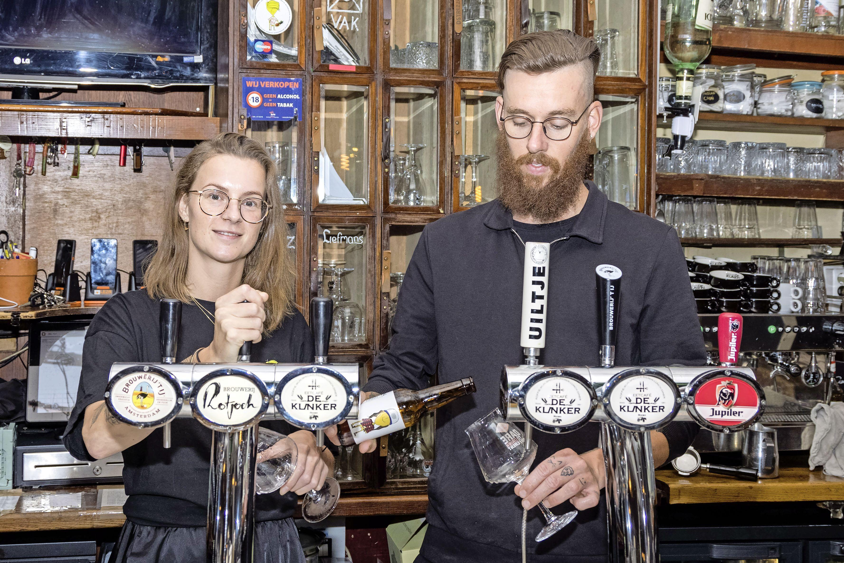 Ondernemer wordt boegbeeld nieuw Hoorns bier: 'Niet normaal', zegt Carlo Bikkel enthousiast. 'Zelfs mijn Spotify-playlist staat op het etiket'