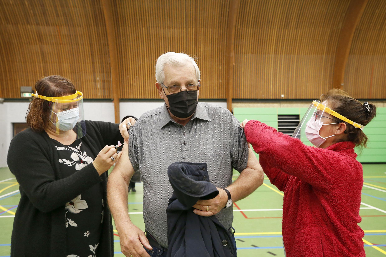 Een prik in beide bovenarmen voor oudere patiënten van huisartsenpraktijk De Nes. En dat leidt niet tot files bij de Groeneweghal