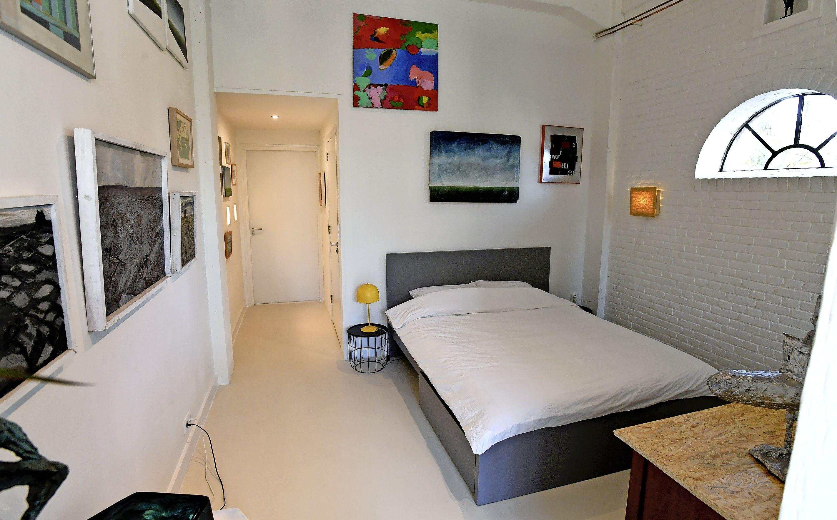 Het is net als slapen in een museum, maar dan kleiner. In Den Oever openen Jan Blank en Ingrid Blank-Davids hun B&B, gevuld met kunst. 'Een ode aan mijn ouders'
