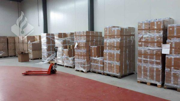 Een berg sokken en 40.000 boxershorts in een loods in Warmenhuizen