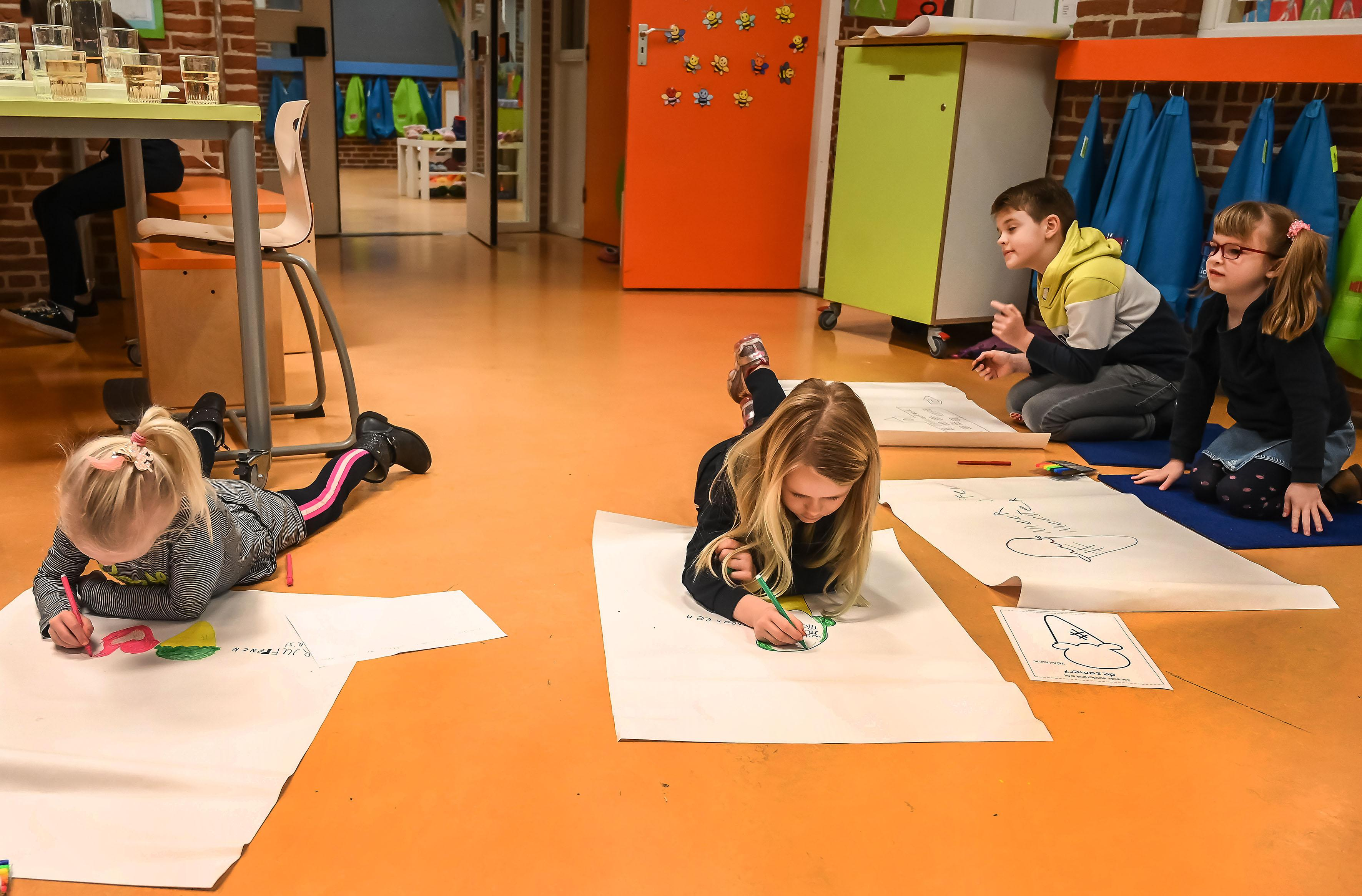Ouders en kinderen basisschool De Klaverwoid in Twisk denken mee over oplossingen in het onderwijs. Thijs tekent kip die een ei legt. Eentje met een juf erin!