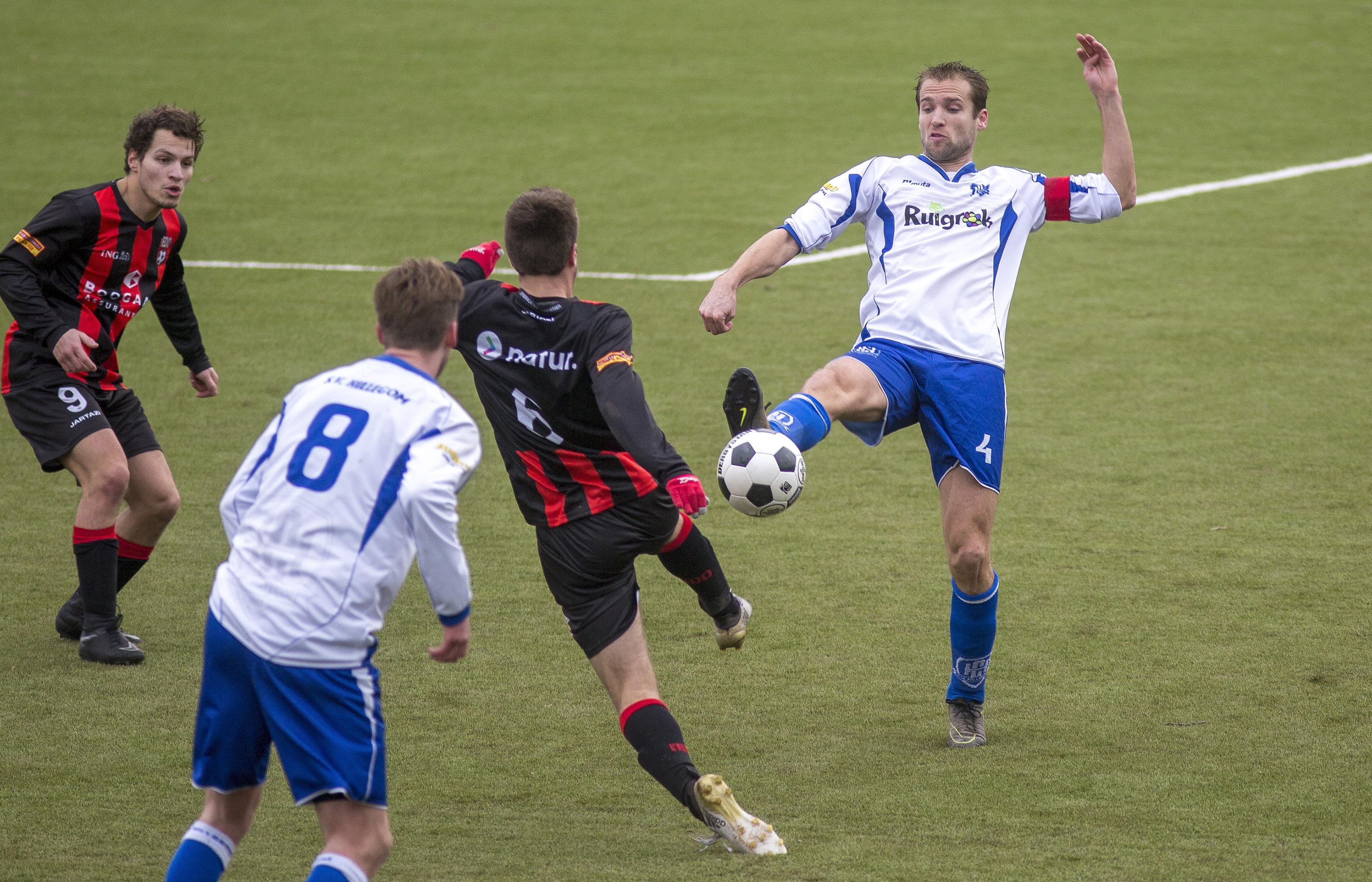 Voetbalclub SV Hillegom trekt portemonnee