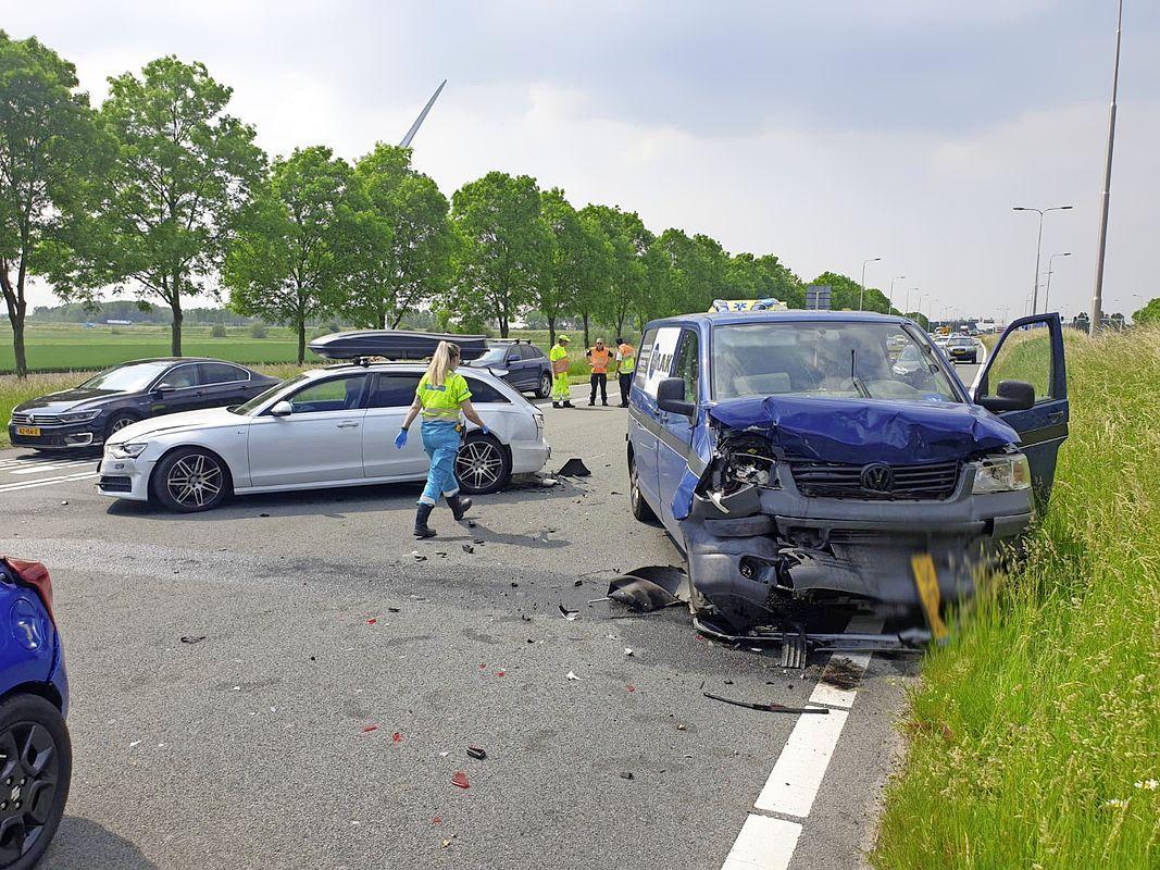 Drie voertuigen betrokken bij botsing op N207 bij Leimuiderbrug, baby meegenomen naar ziekenhuis