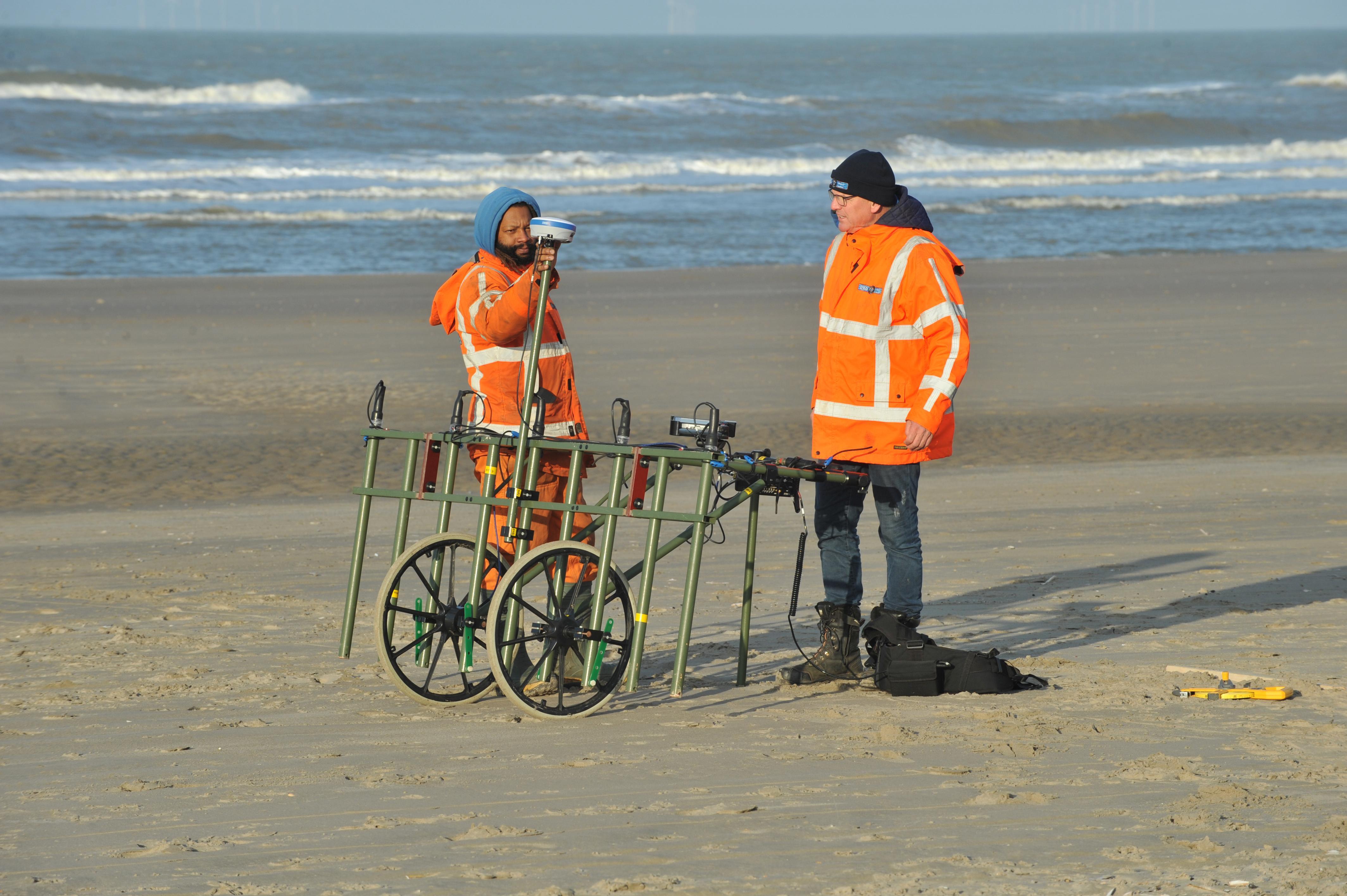 Kijken of er bommen en granaten zijn op het strand van Wijk aan Zee. Geen risico's bij de aanleg van elektriciteitskabels