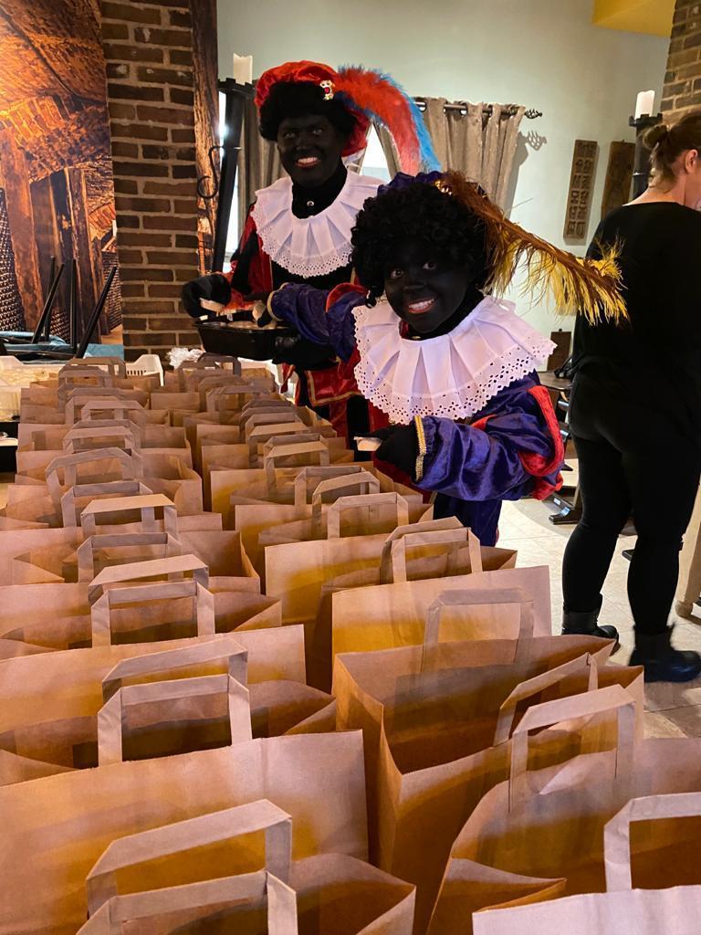 Ophef: Zwarte Piet brengt maaltijden rond in Alkmaar. Dat is 'geen statement', vindt ondernemer Sil Vendel. 'Als je een beetje wakker geweest bent, weet je dat je hiermee de discussie induikt', reageert Bastiaan de Leeuw van GroenLinks