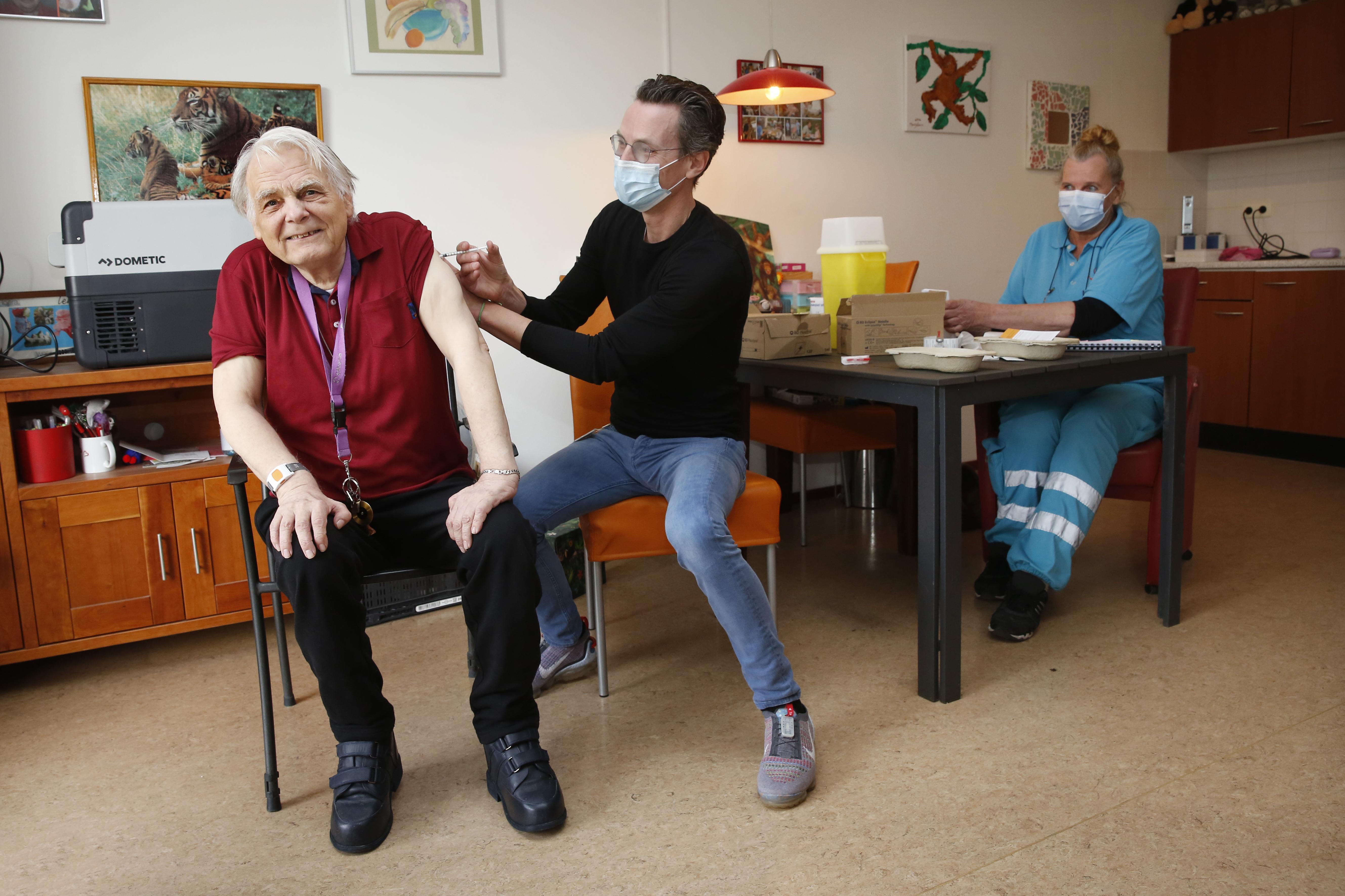 Iedereen thuis een prik: 'Best een uitdaging, grote logistieke operatie!': 1700 ouderen en mensen met beperking gevaccineerd op locatie; drie mobiele teams van Gooise huisartsenorganisatie op pad