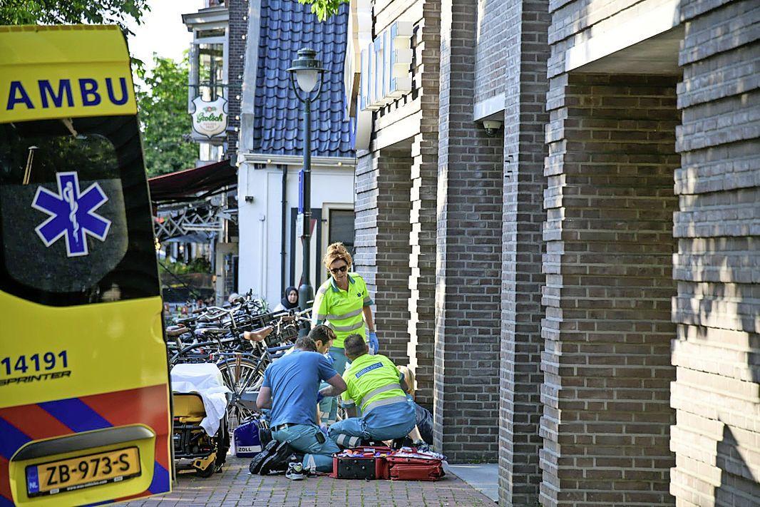 Jongeman probeert voormalig politiebureau te beklimmen in Hilversum, maar valt van gevel