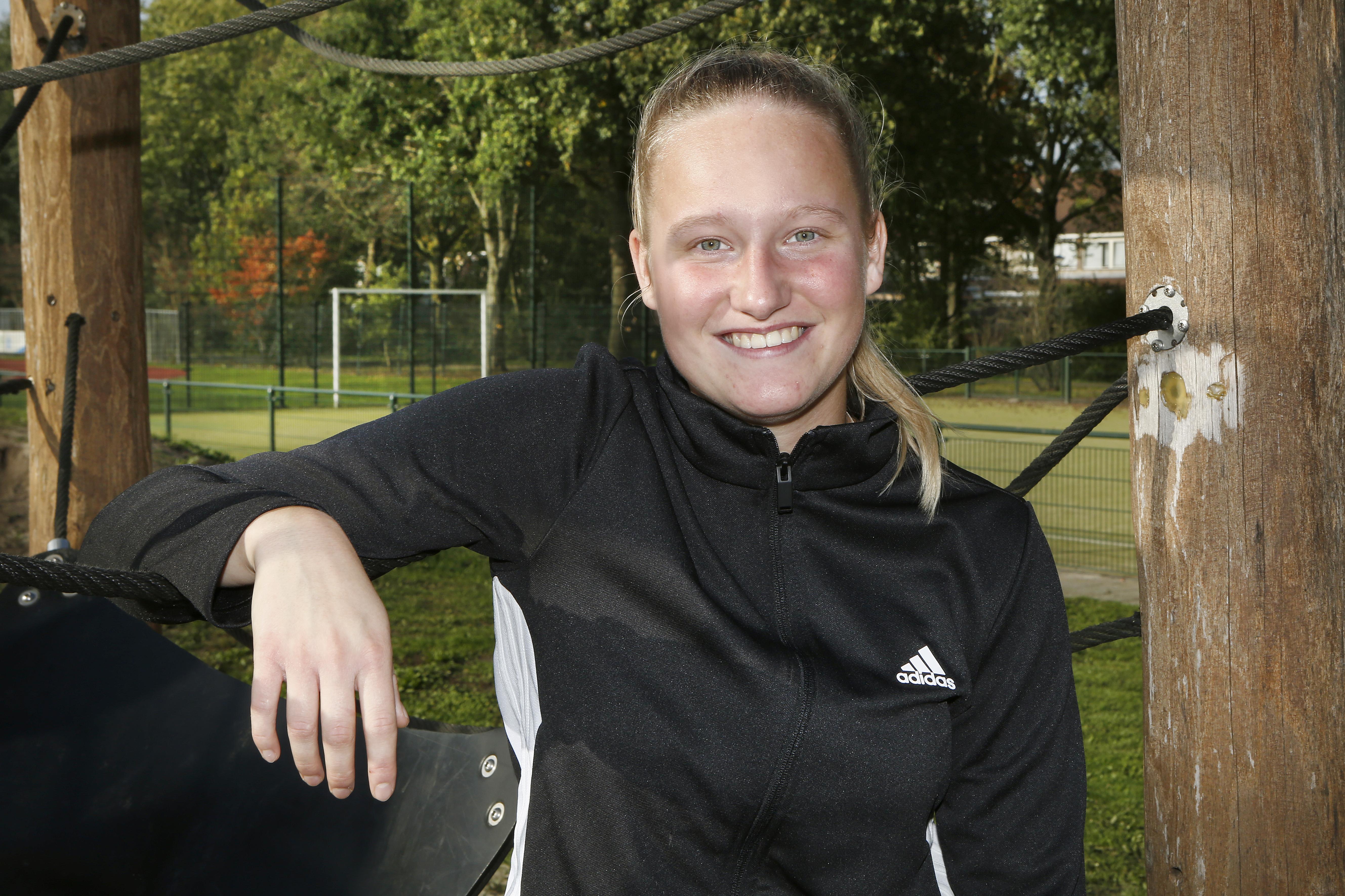 De bal rolt nog voor Spakenburgse 'Friezin' Williënne ter Beek (20): 'Al is het is nog niet zeker dat de eredivisie voor vrouwen ook écht doorgaat'