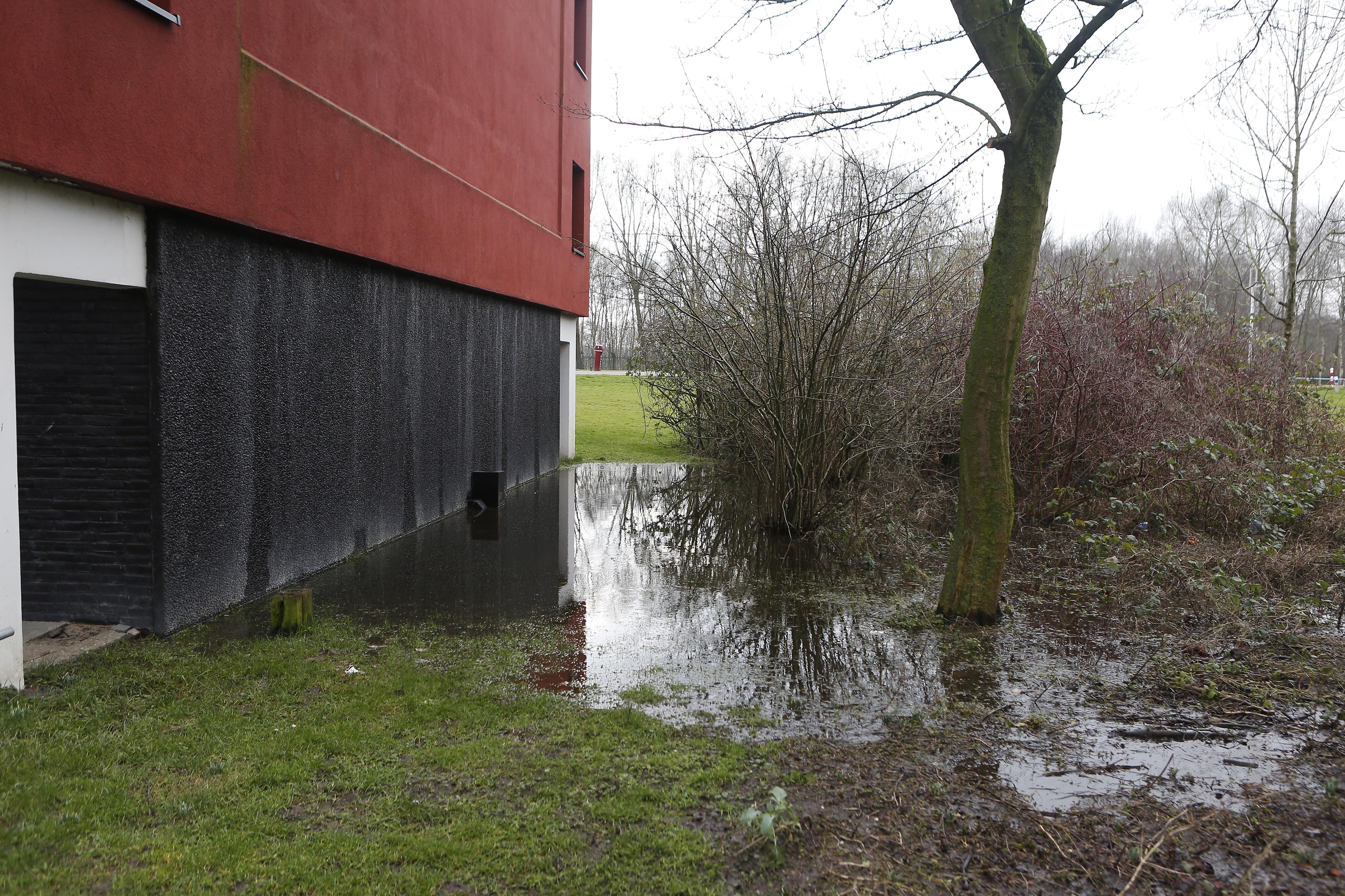 Bewoners Keulsevaartstraat in Weesp zijn na vier jaar de wateroverlast bij flats in de wijk meer dan zat; Ymere verwijst naar gemeente: 'Het water stroomt van de dijk'