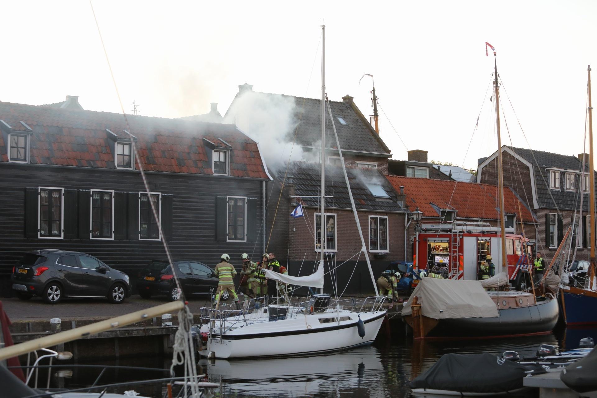 Zolder van woning in brand in Bunschoten-Spakenburg