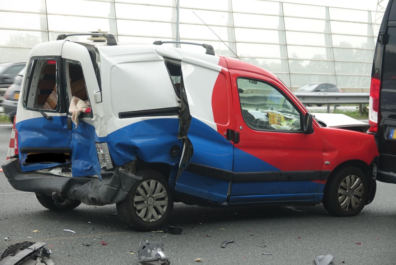 Ongeluk op de A8 bij Oostzaan, drie rijstroken dicht [update]