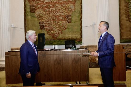 Commissaris Van Dijk over de keuze van Aptroot als waarnemend burgemeester in Hilversum: 'Hij past gewoon echt bij Hilversum'