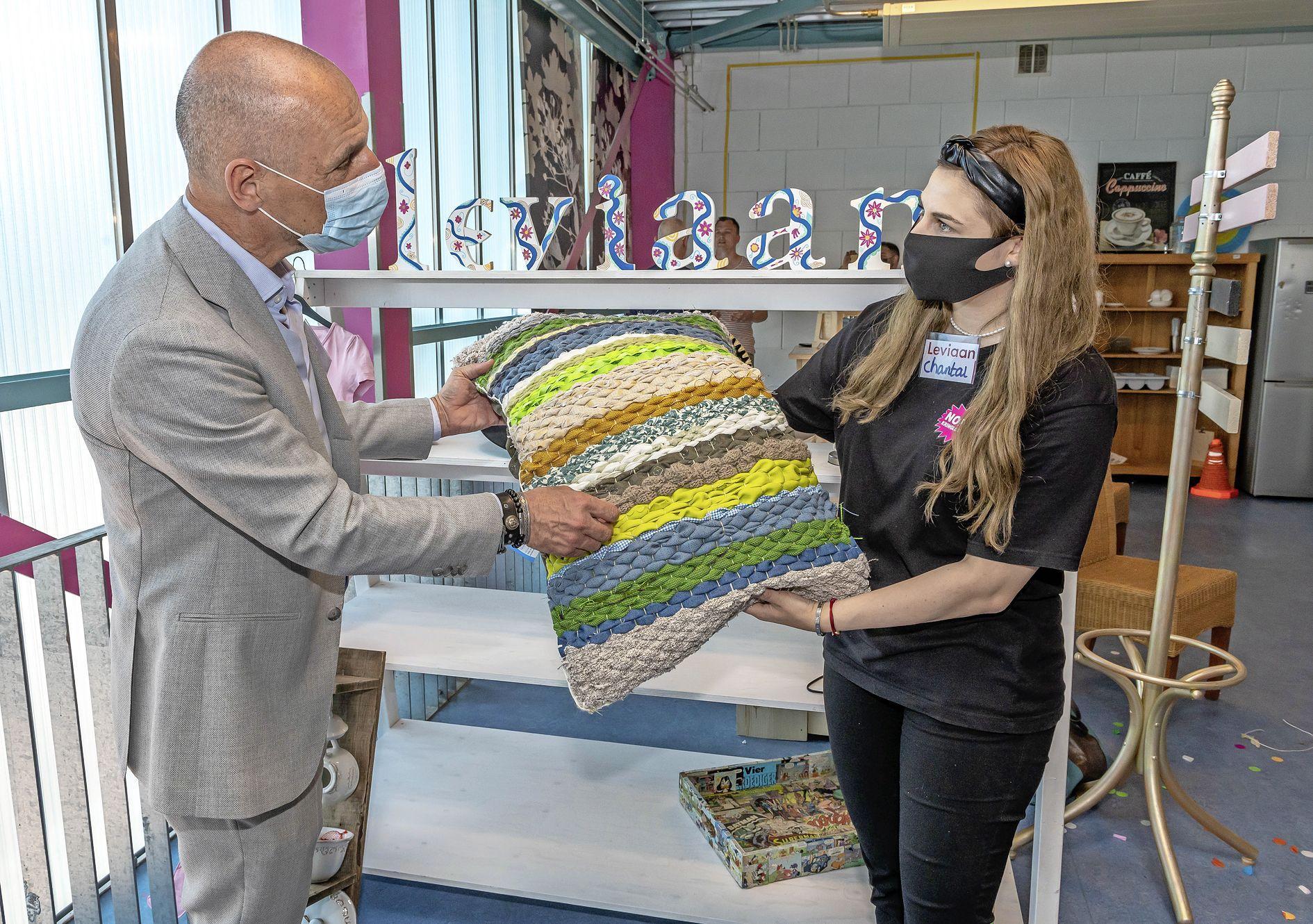 Agentschap PostNL en kunst Leviaan om kringloopwinkels Noppes in Zaandam en Purmerend te versterken. Directeur Roland Heijnen praat ook met praktijkonderwijs