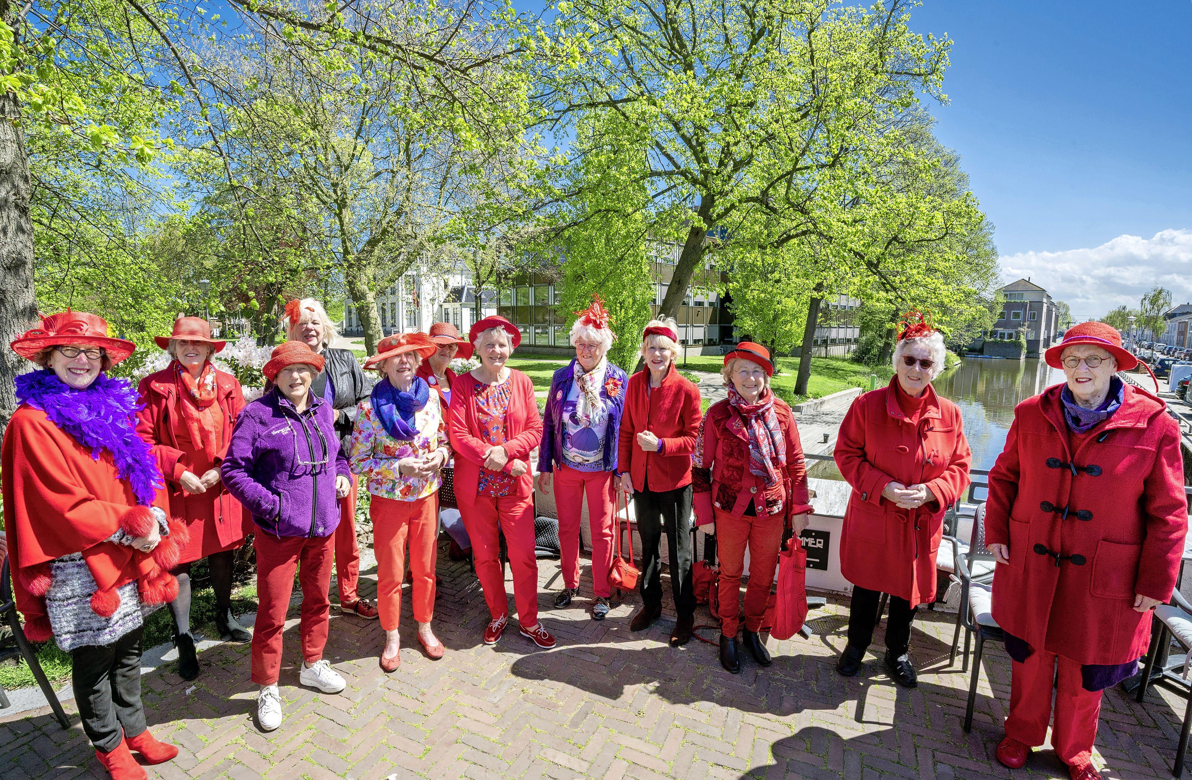 Hillegomse Red Hats delen tien jaar vrolijkheid met elkaar: 'We zijn even iemand anders als we bij elkaar komen'