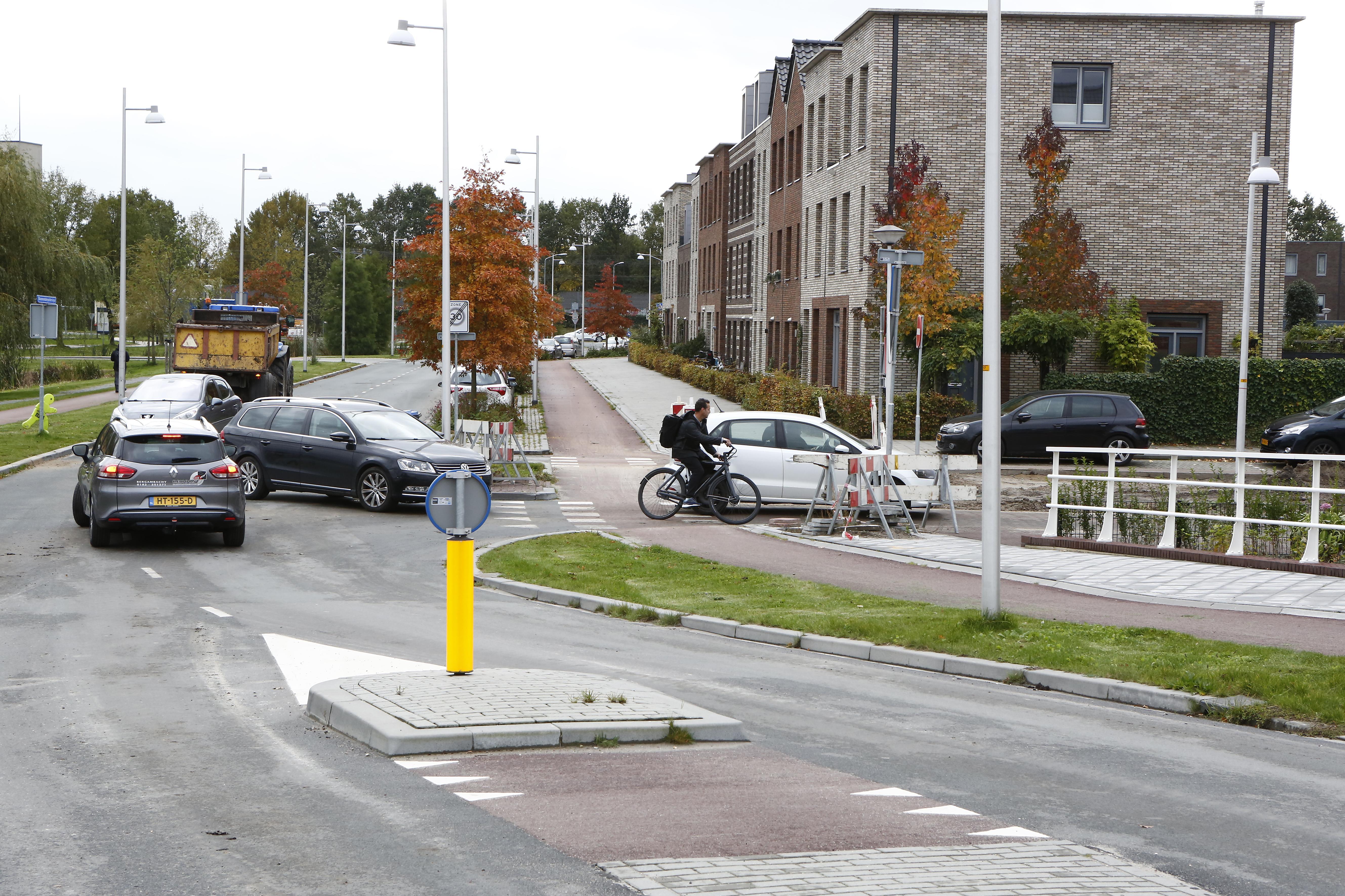 Bewoners van Weespersluis moeten rare capriolen maken met de fiets om Bloemendalerpoldersingel over te steken: 'Geen pretje met een zware bakfiets'