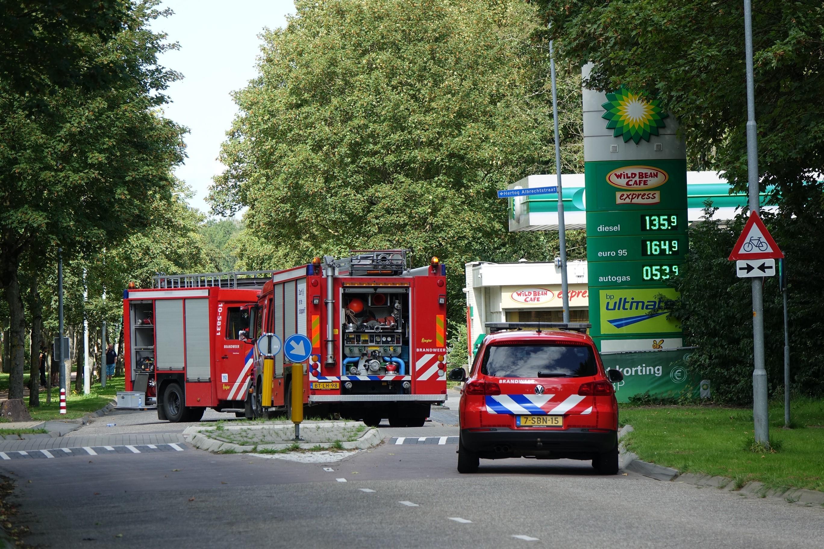 Gaslek bij tankstation in Bovenkarspel; bestuurder rijdt weg met slang nog in auto