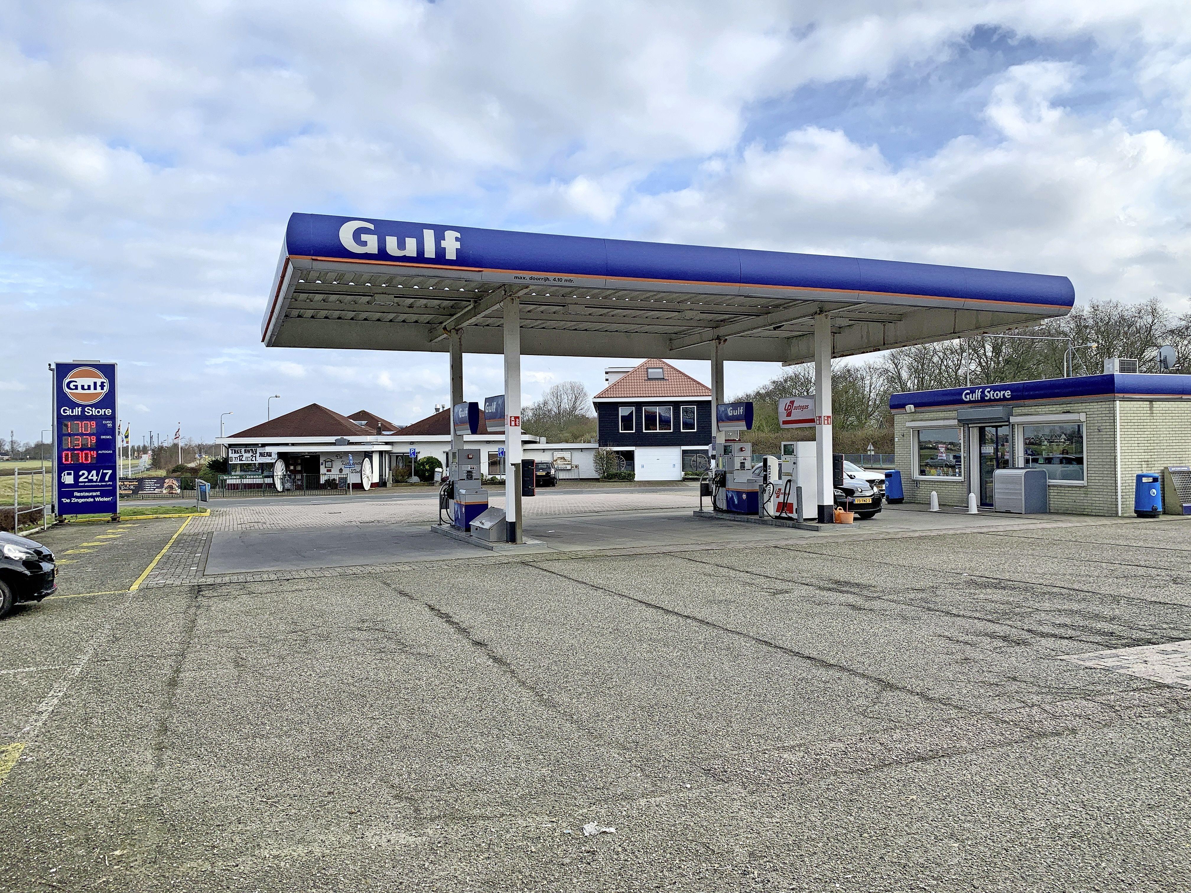 Nog een miljoentje stuk te slaan? De grond onder het tankstation bij De Zingende Wielen is te koop. 'Het is een mooie belegging', zegt Dirk Scheringa