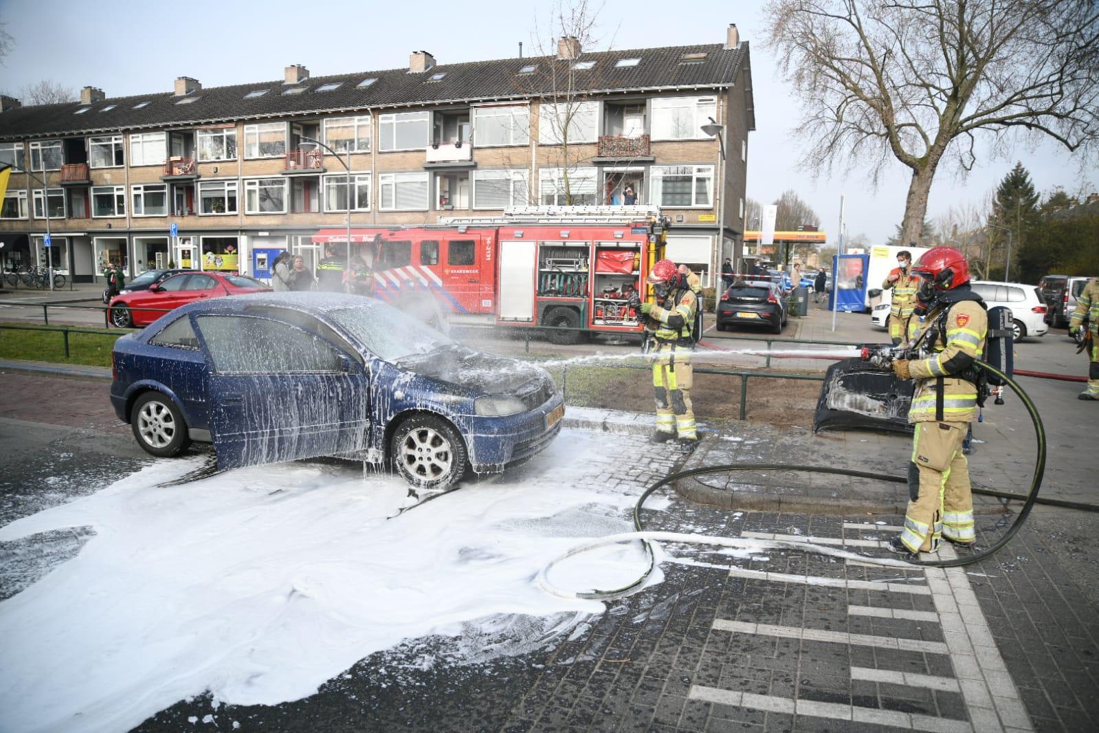 Auto vat vlam tijdens rijden in Hilversum