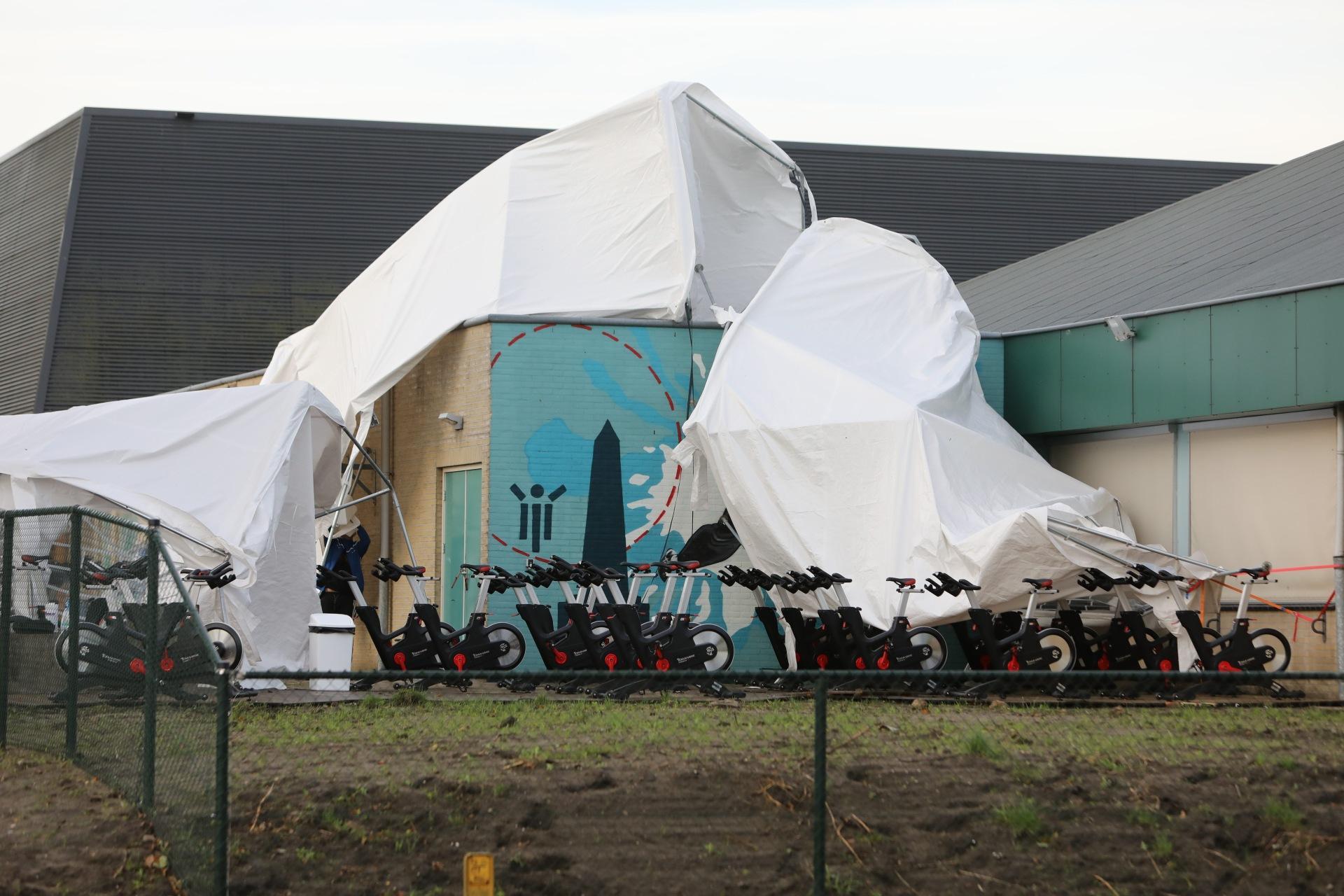 Tent boven spinningtoestellen weggewaaid bij sportcentrum in Baarn