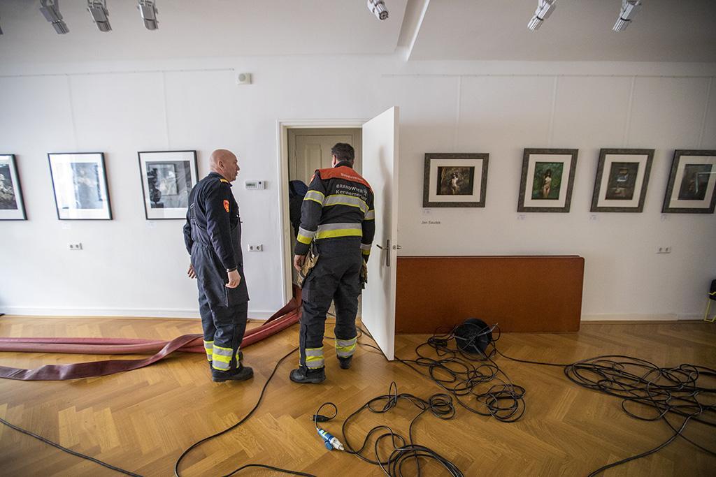 Gesprongen leiding zet kelder kunstgalerie Haarlem vol water