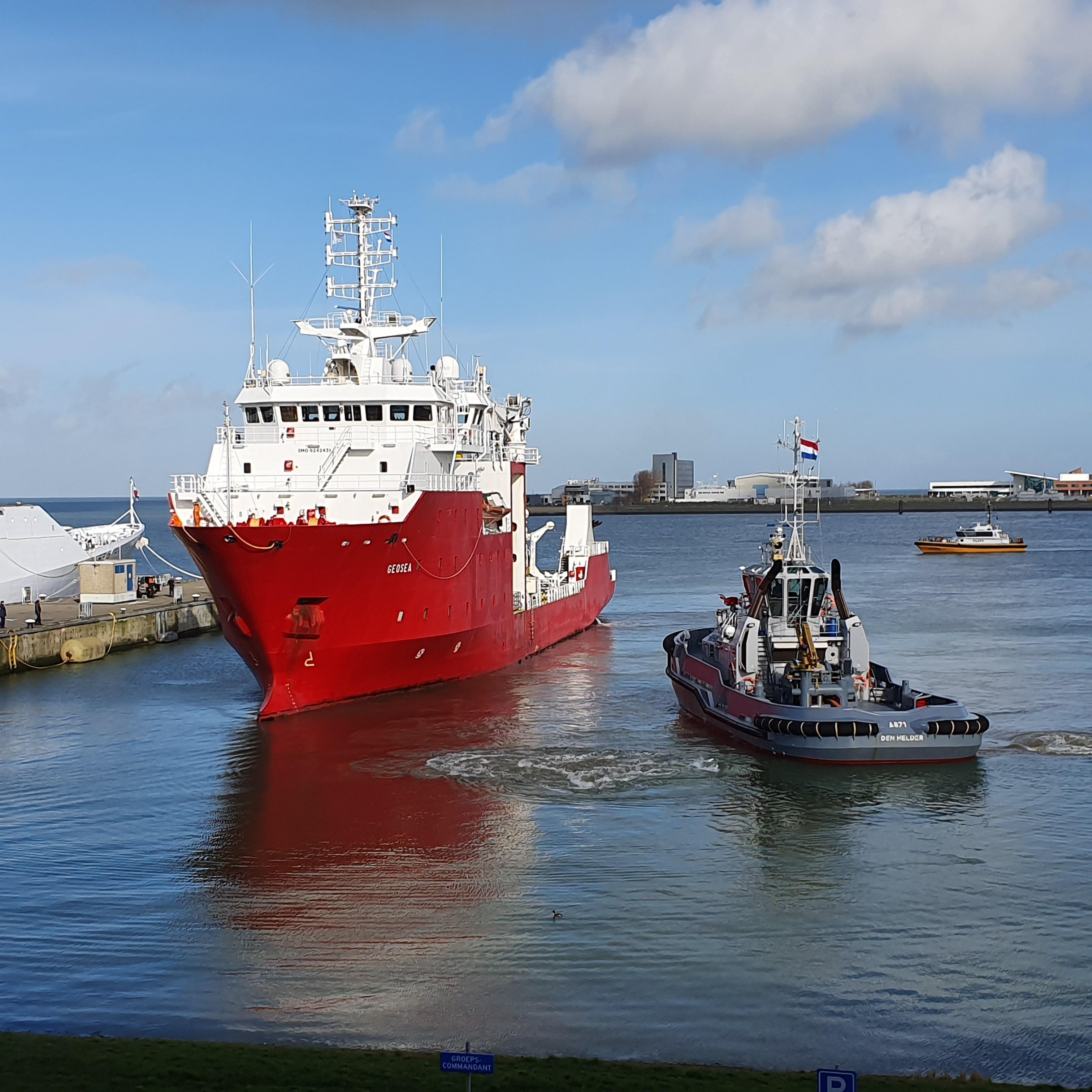 Civiel schip dat ingezet wordt door Mijnendienst ligt binnen in Nieuwe Haven van Den Helder
