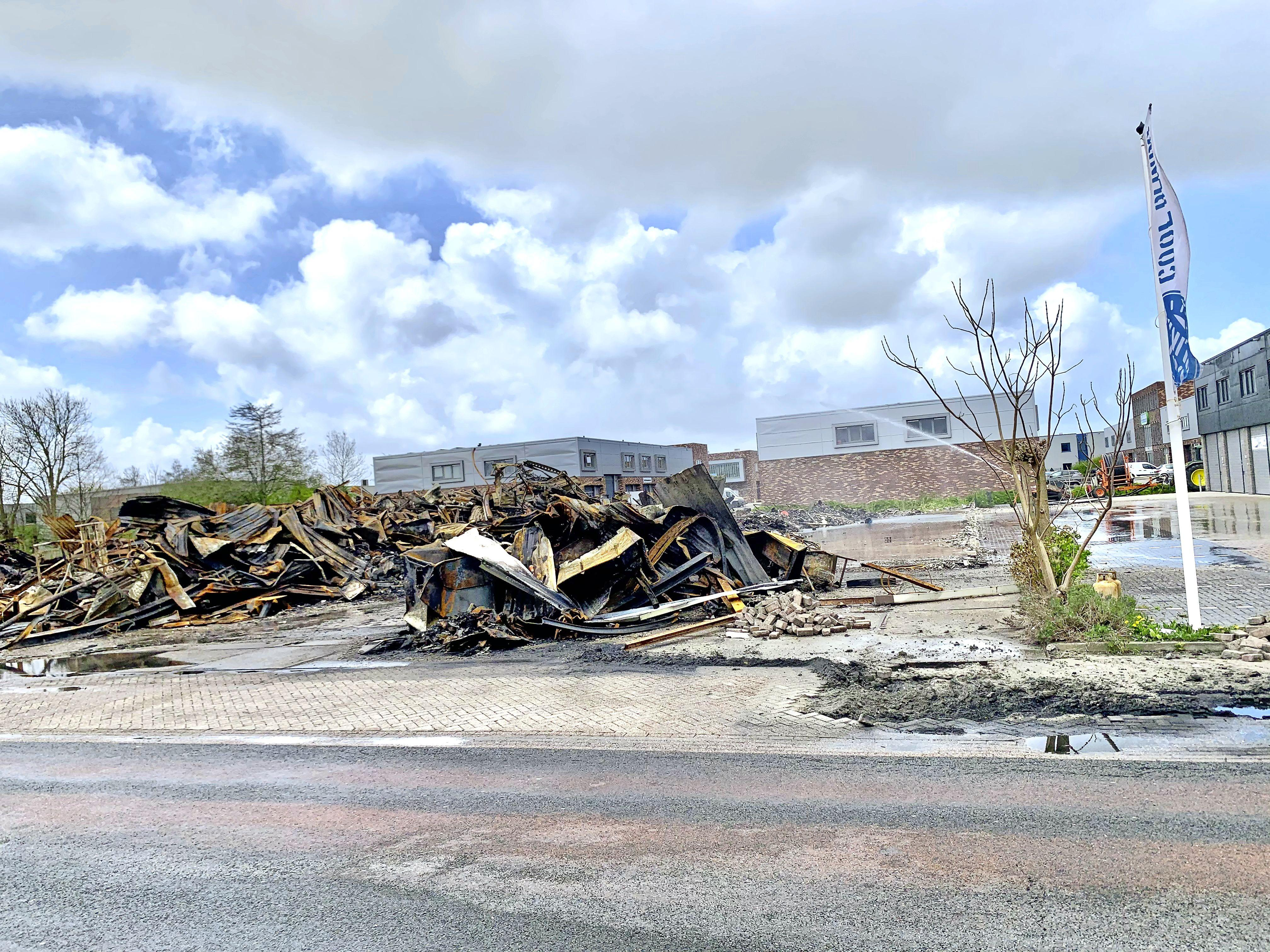 Onderzoek naar brandveiligheid van getroffen panden Langedijk. Huurder raakte heftruck en voor duizenden euro's aan gereedschappen kwijt. 'Maar we bestaan nog!'