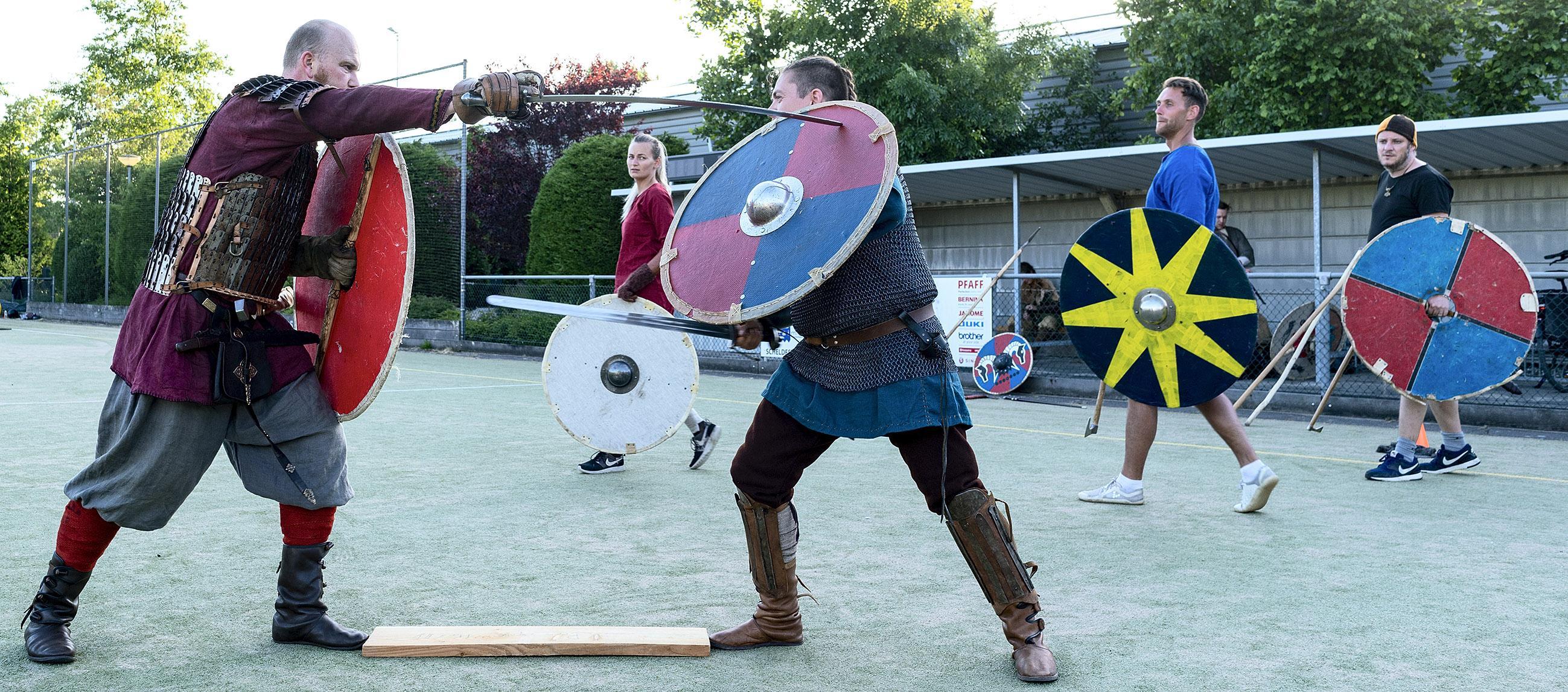 'Vechten als een Viking'. Alkmaarse re-enactmentclub bootst leefwijze van geweldlustige Scandinaviërs na, maar dan zonder bloedvergieten