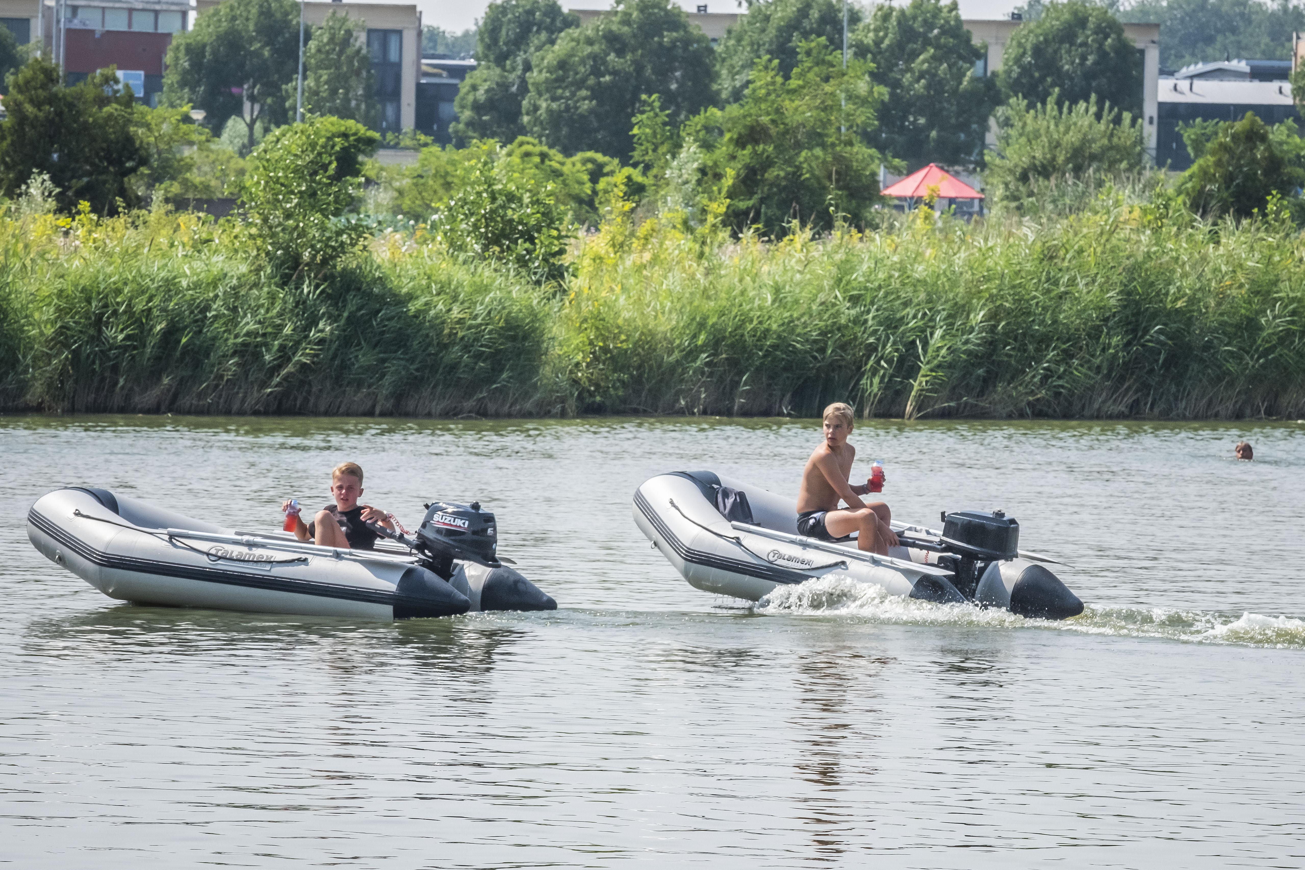Snelle bootjes tussen de zwemmers ergernis voor omwonenden Vroonerplas; 'Dit moet een keer misgaan'