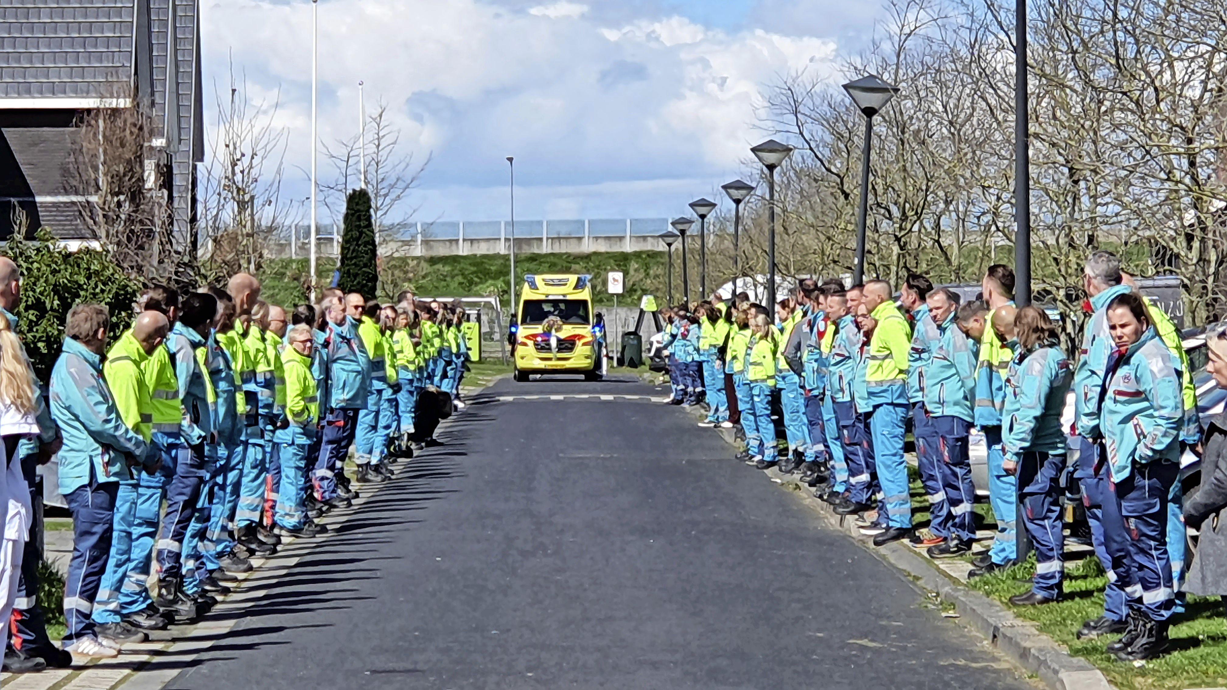 Geliefde ambulanceverpleegkundige Chris Mes (41) uit Zwaag overlijdt plotseling, zijn gezin blijft verslagen achter. Collega's uit hele land organiseren een erehaag 'in uniform' [video]