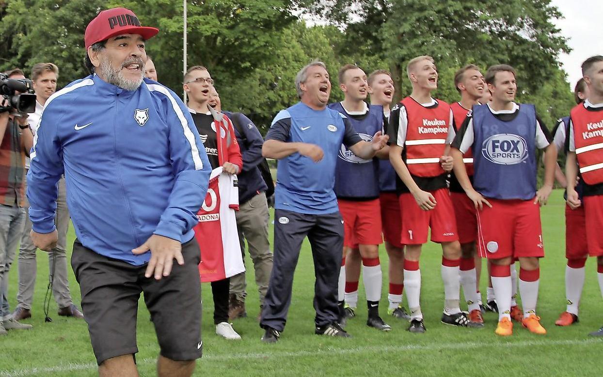 Spelers van IJsselmeervogels 4 kregen een clinic van Maradona: 'Hij was niet erg geïnteresseerd, na vijf minuten was het klaar. Maar ik heb toch mooi de 'hand van God' mogen schudden'