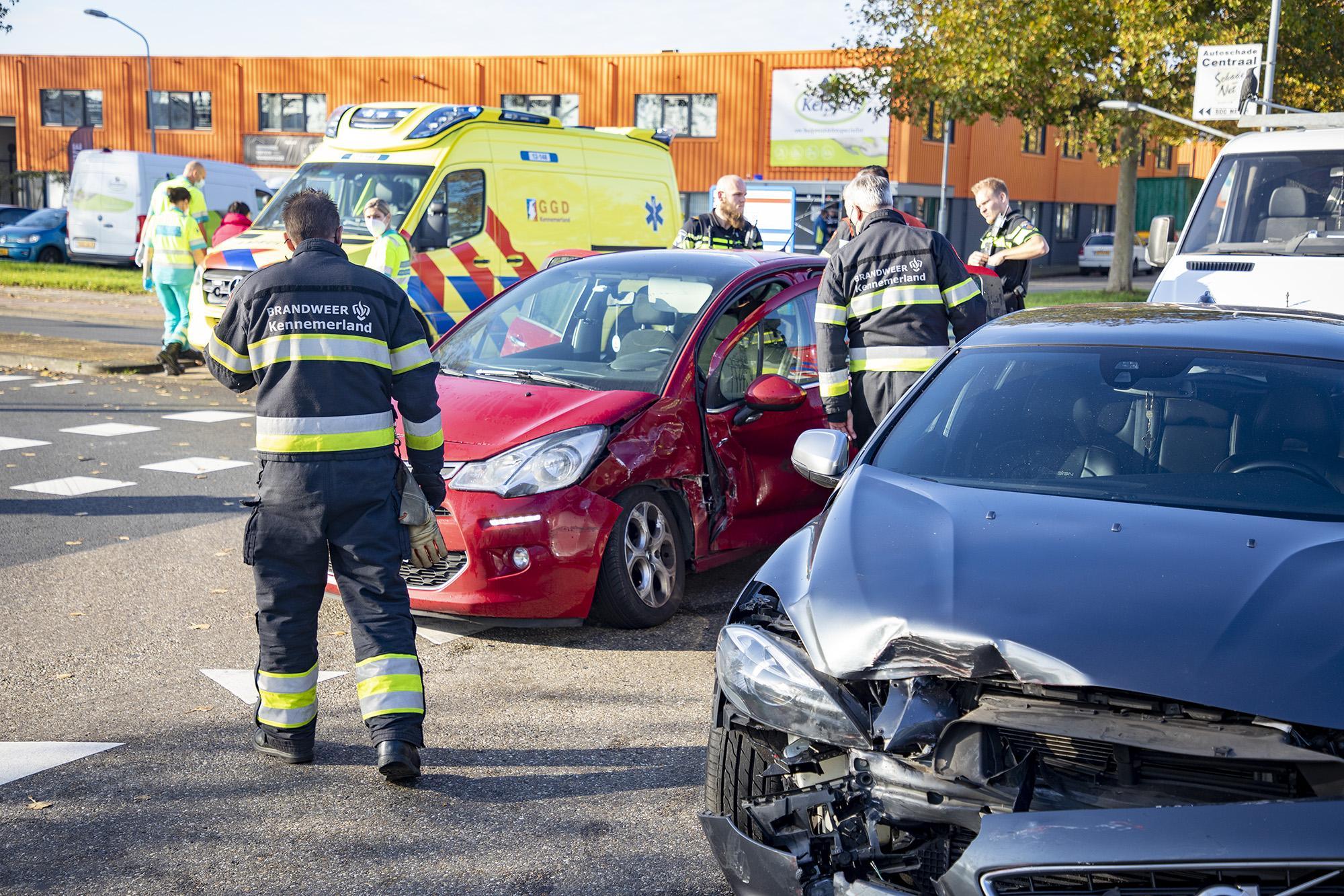 Veel schade bij aanrijding met twee auto's in Haarlemse Waarderpolder