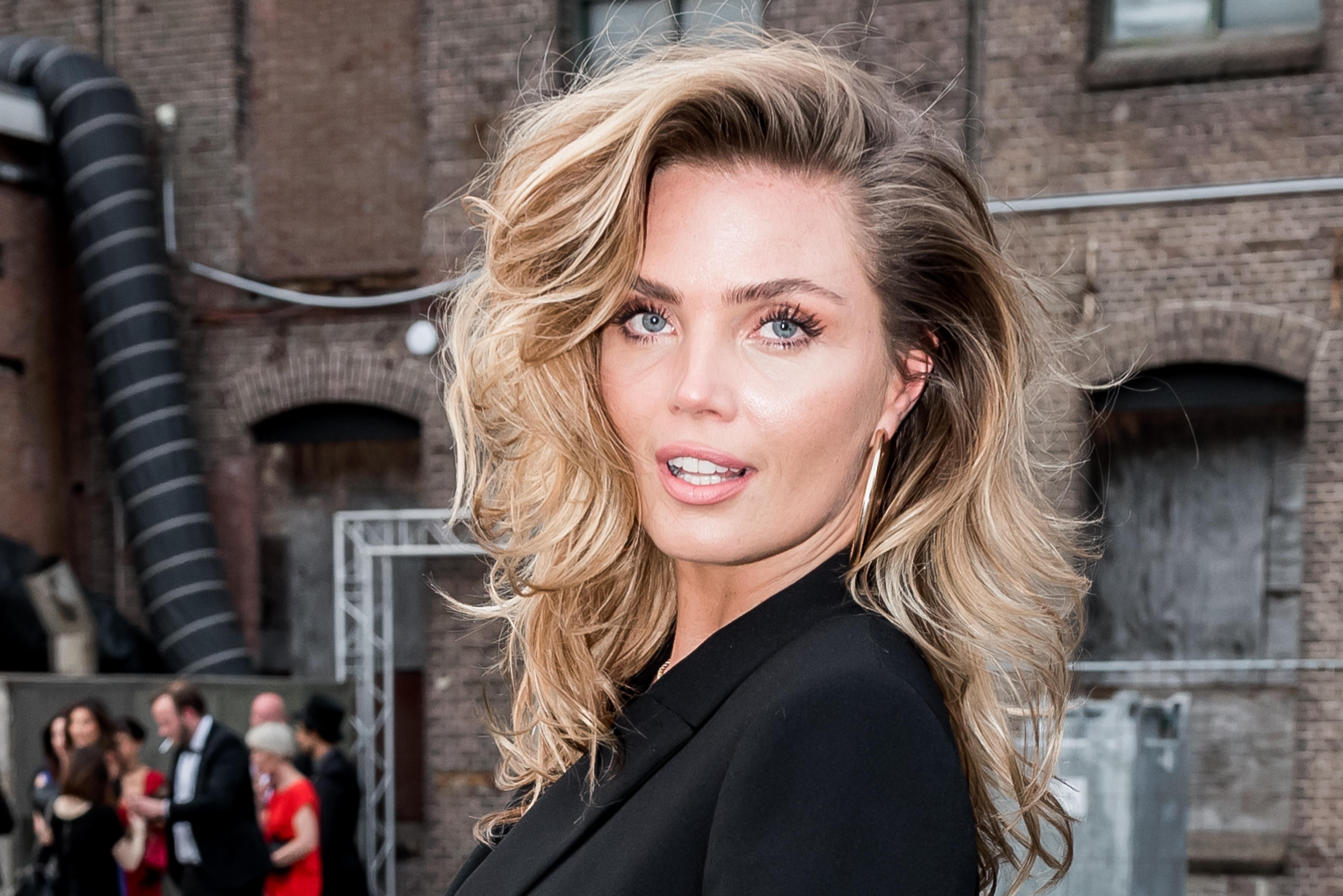 Angela Schijf Sexy kim feenstra in sprookjesfilm   lifestyle   telegraaf.nl