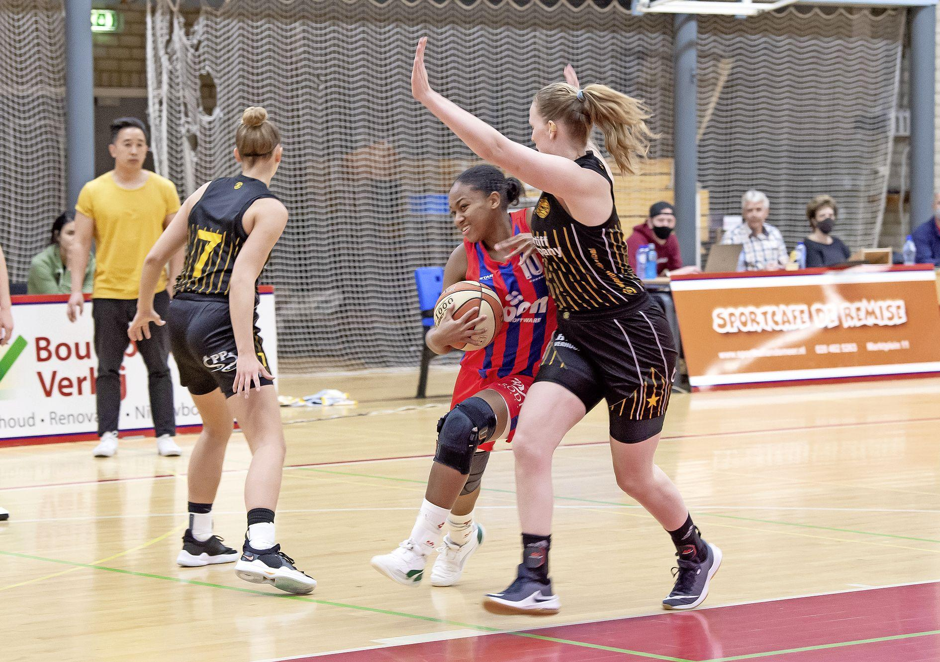 Kim vloekt, steunend op twee krukken: het is een verloren basketbaljaar voor Lions. Landsmeerse ploeg uitgeschakeld in playoffs door Grasshoppers