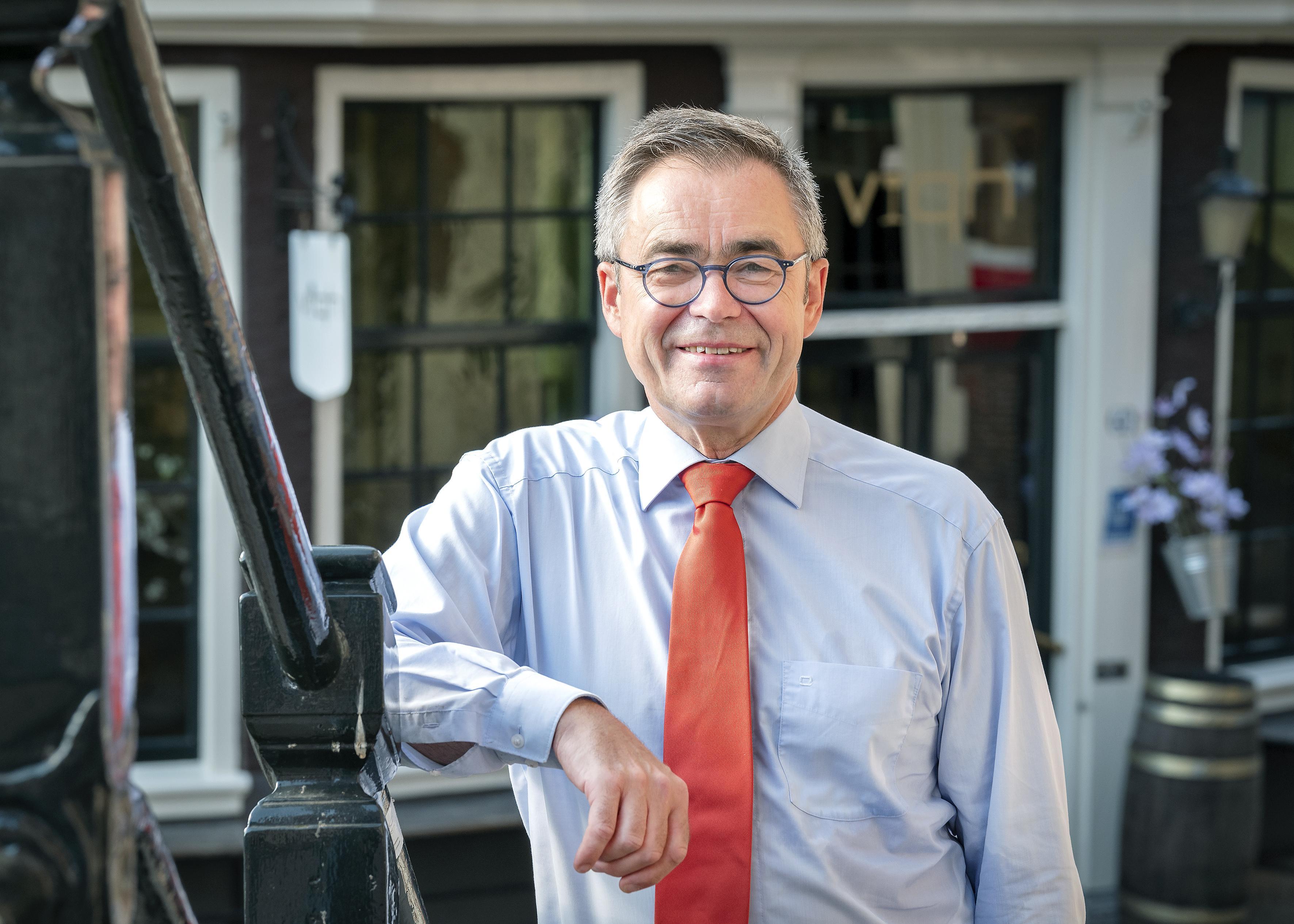 Haarlemse burgemeester krijgt tik op de vingers om coronarel: gemeenteraad neemt motie van treurnis aan