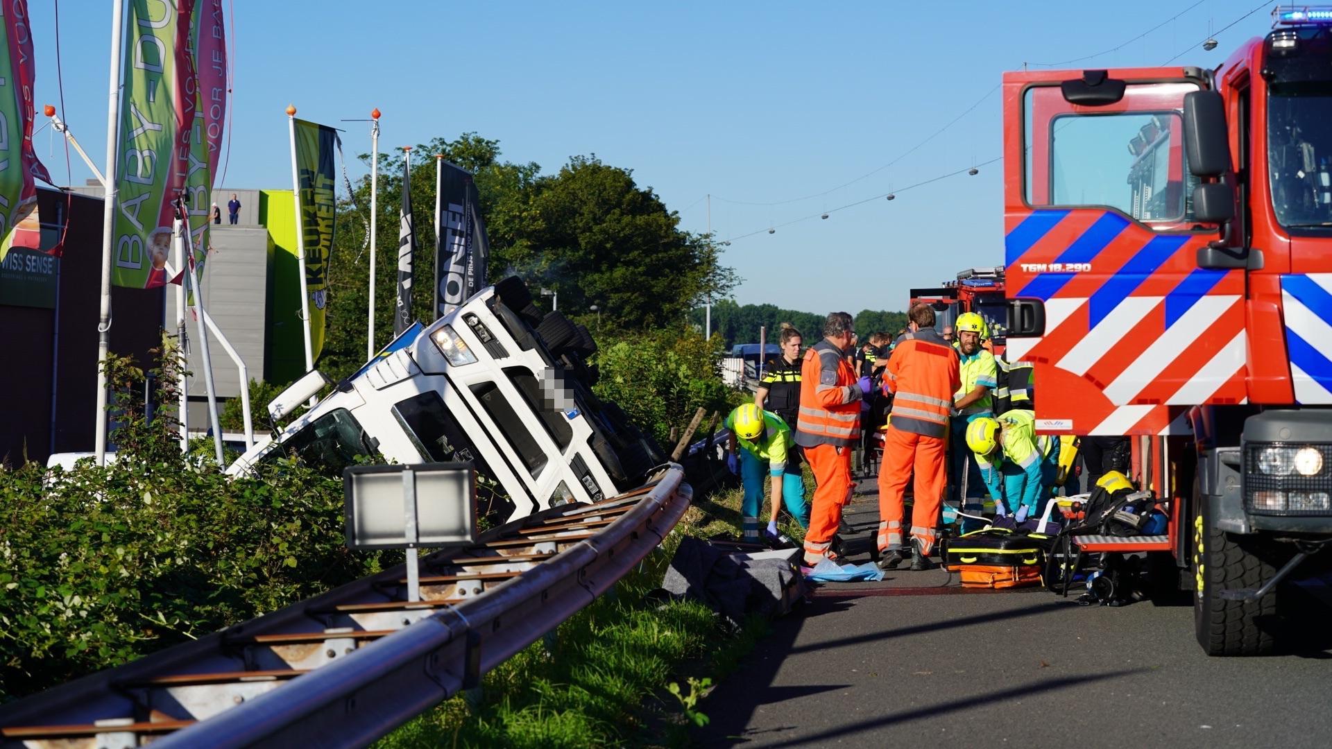 Vrachtwagen over de kop geslagen op A22 bij Beverwijk, chauffeur overleden