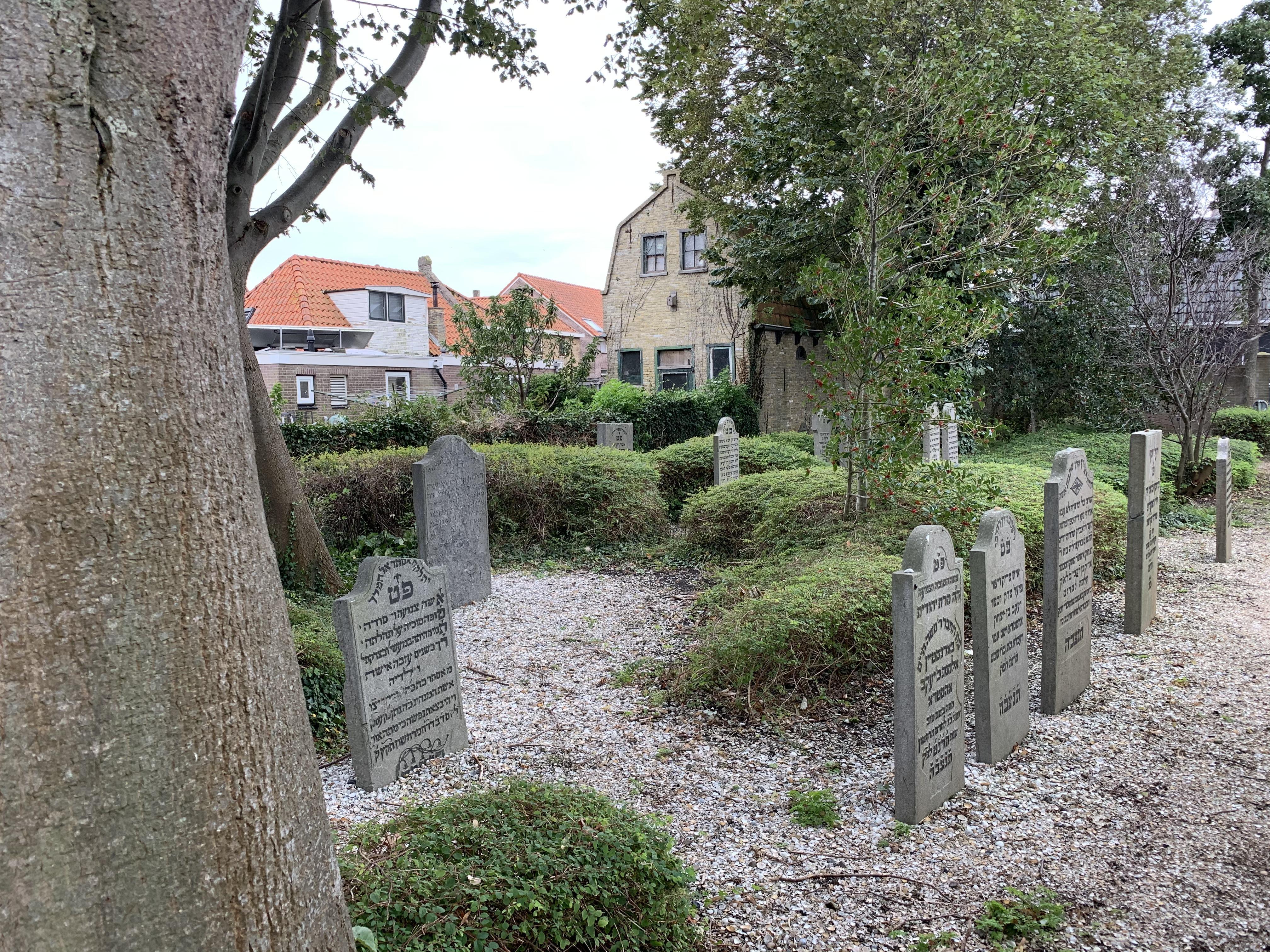 Tosca onderzoekt kleinere joodse begraafplaatsen, als verweesde plekken met een eigen verleden