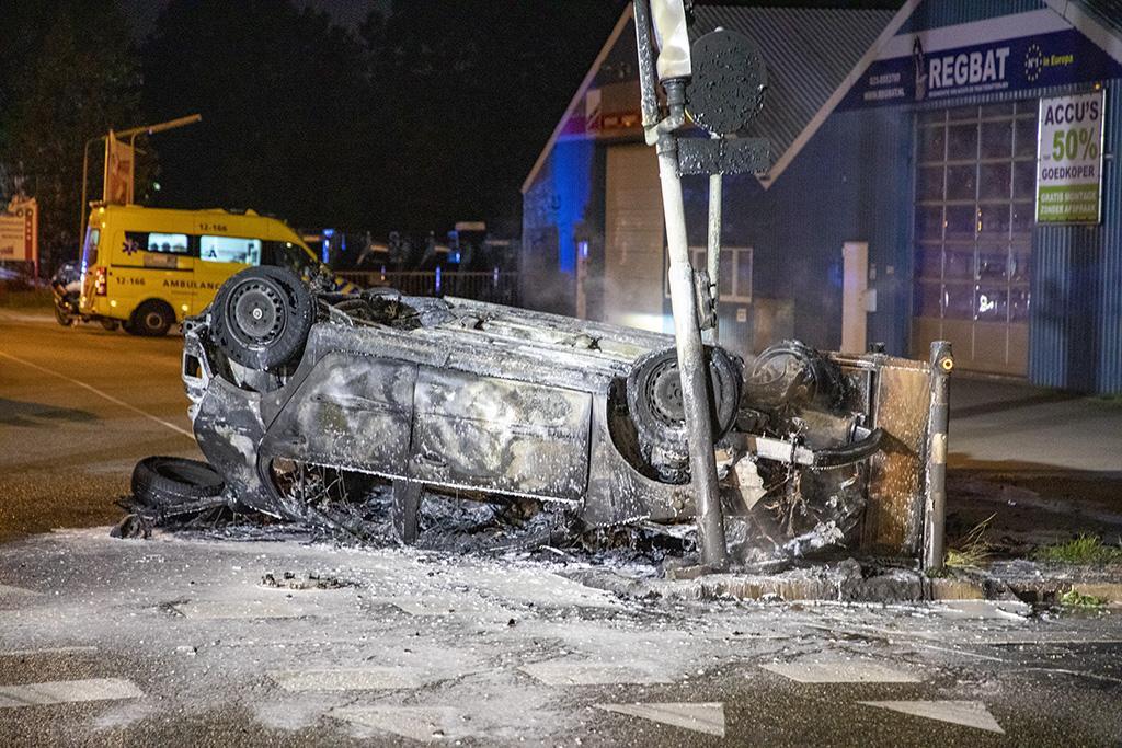 Auto belandt op zijn kop en brandt volledig uit in Hoofddorp