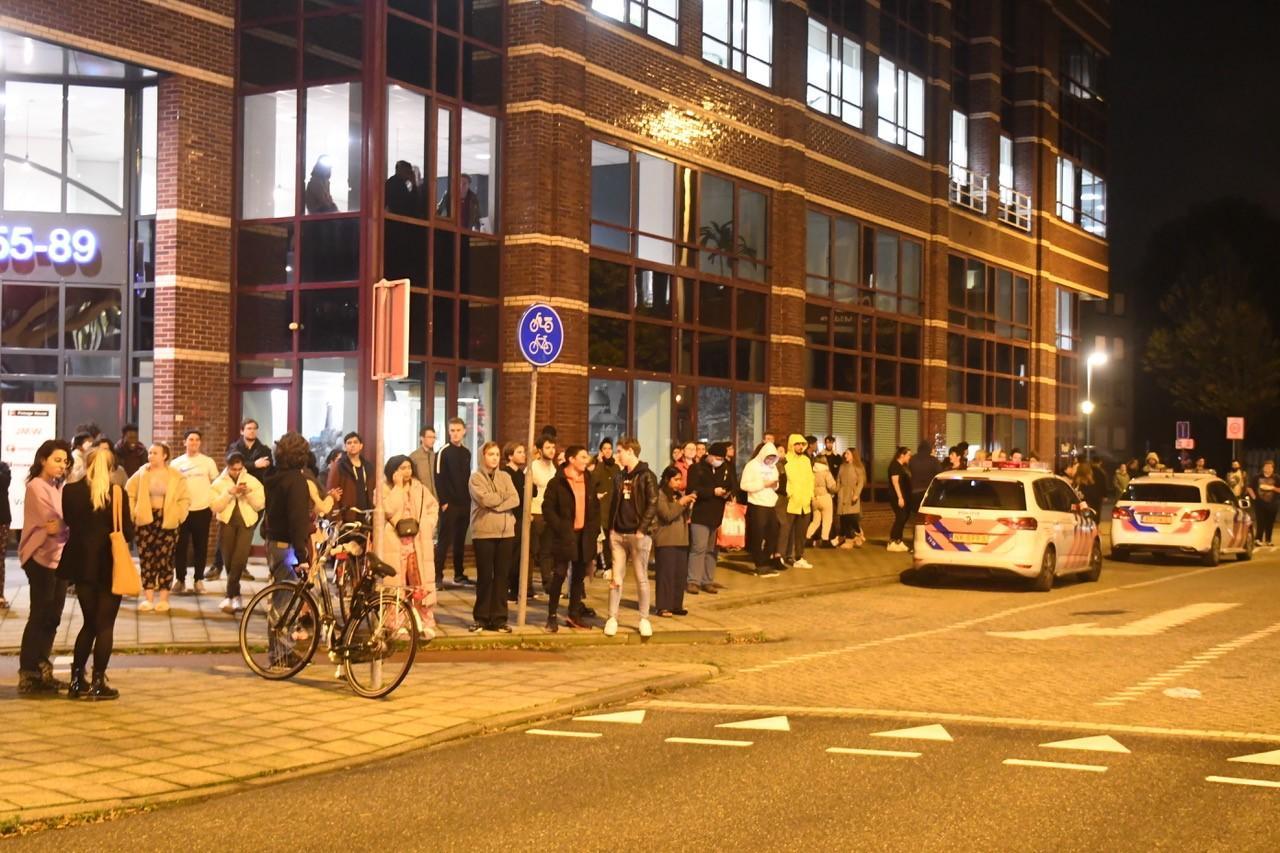 Wooncomplex ontruimd wegens brandlucht in Leiden; tientallen jongeren naar buiten