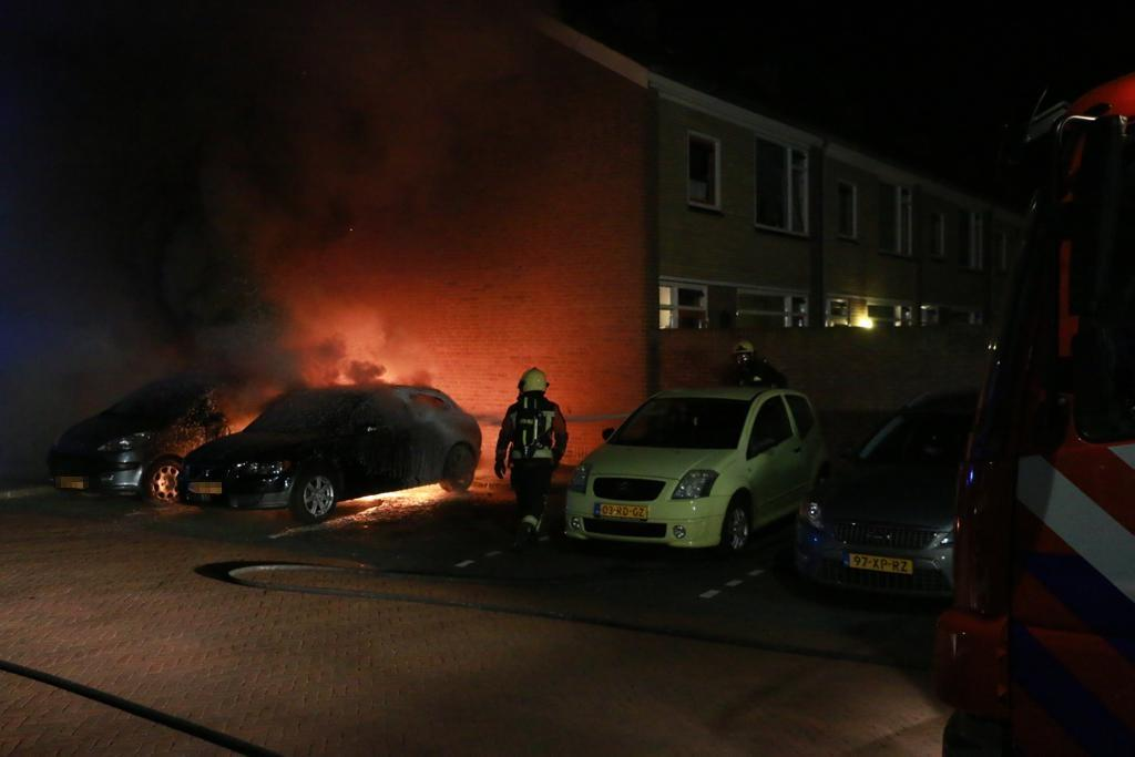 Twee auto's in brand in Rijnsburg
