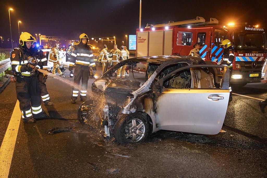 Auto Hilversumse (64) brandt uit na ernstig ongeval op A9 bij Schiphol