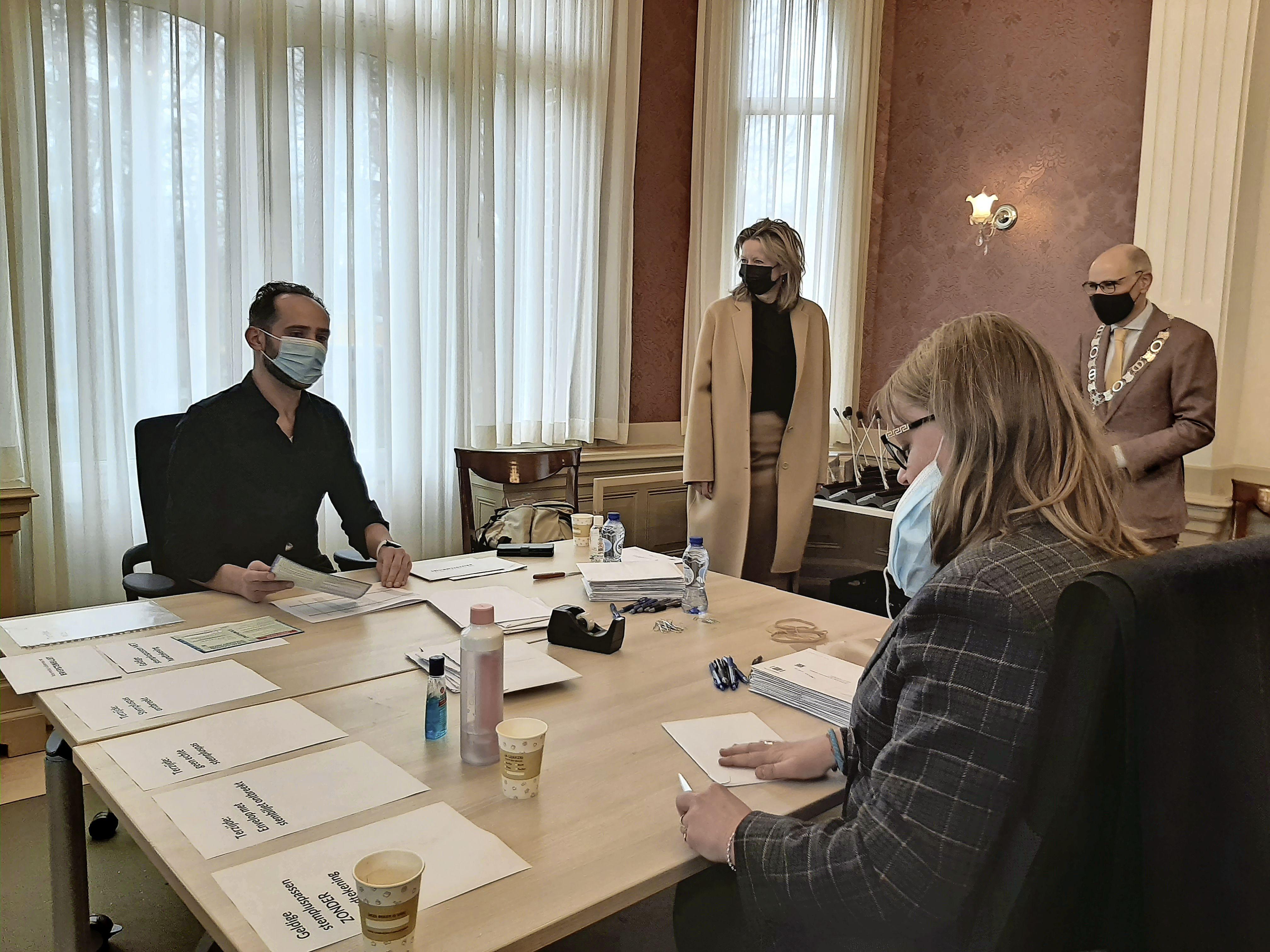 Minister Ollongren past procedure briefstemmen aan: 'De stem van 7 tot 8 procent briefstemmers verloren laten gaan, is niet eerlijk'