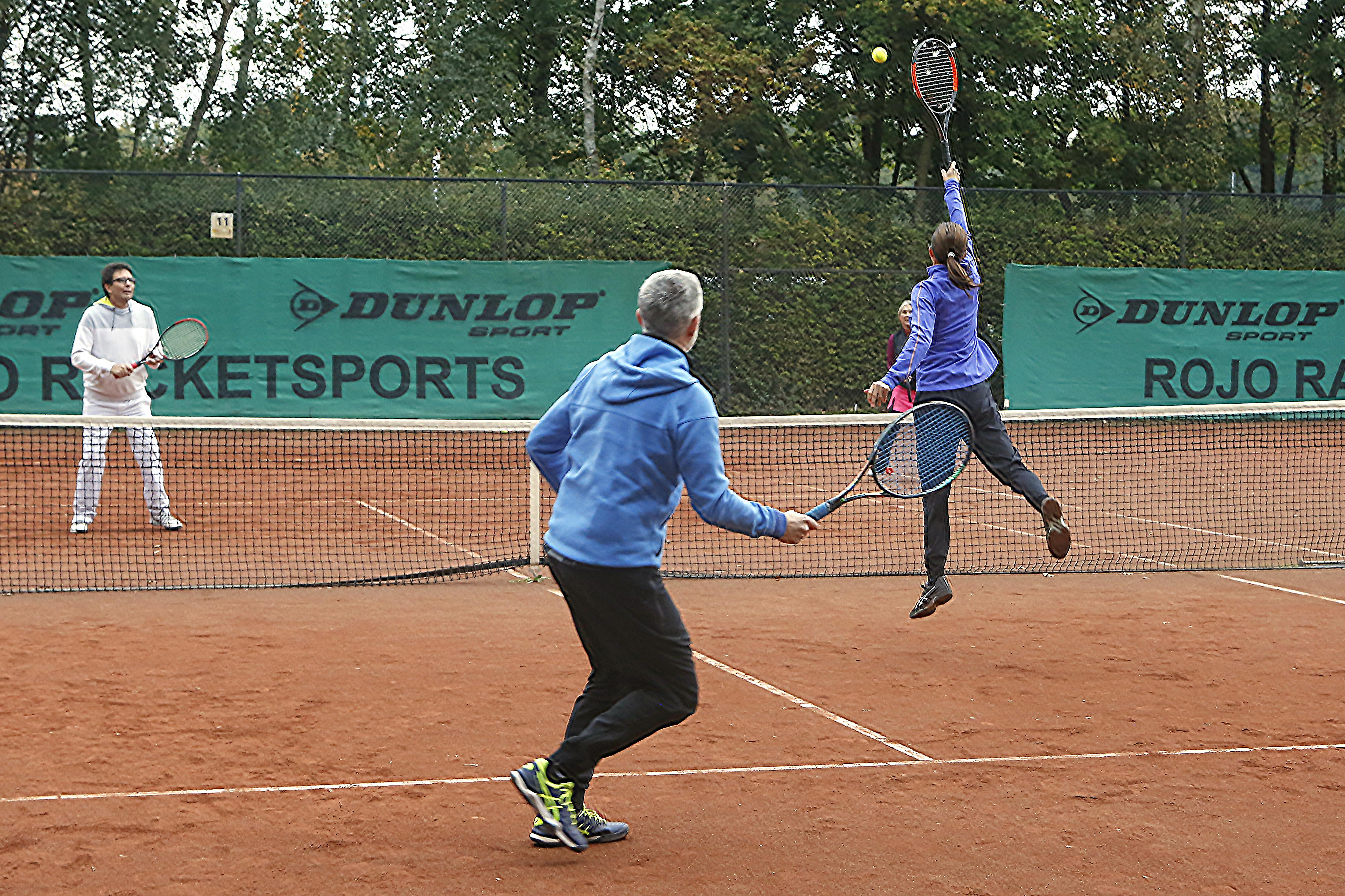 Bij tennisverenigingen in het Gooi wordt 'gewoon' nog een balletje geslagen, 'maar het is super ongezellig allemaal'